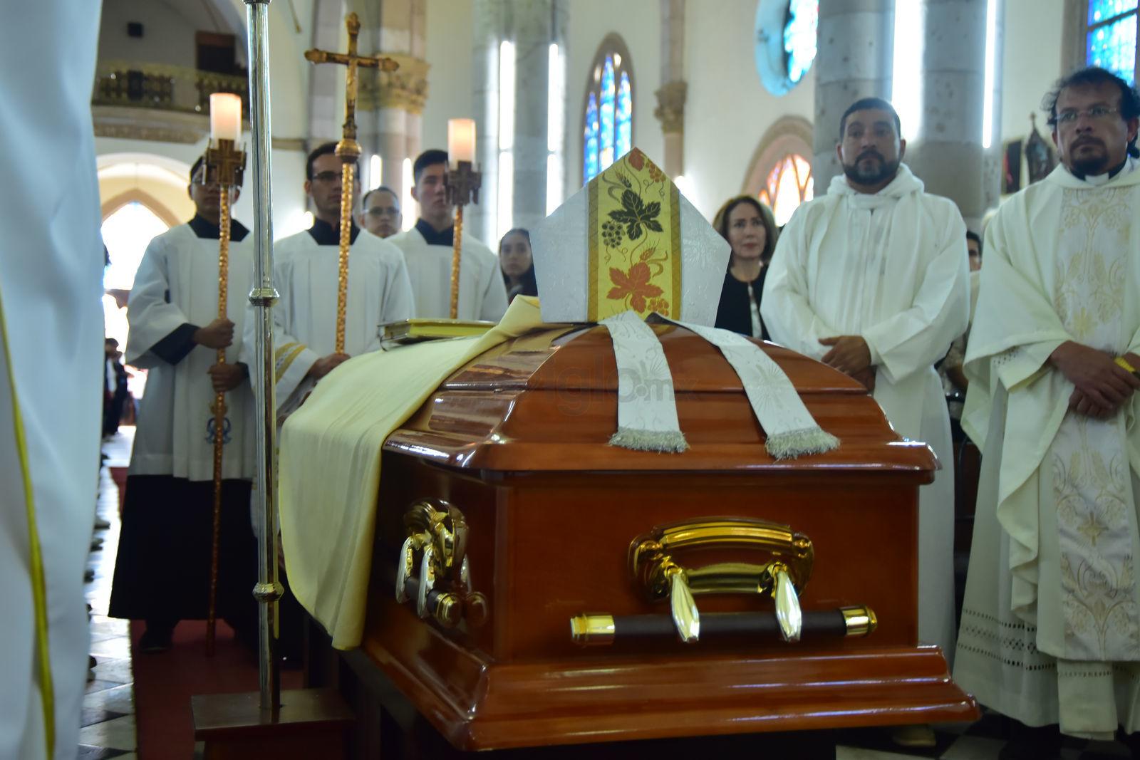 Por compañeros y feligresía, fue despedido el obispo José Fortunato.