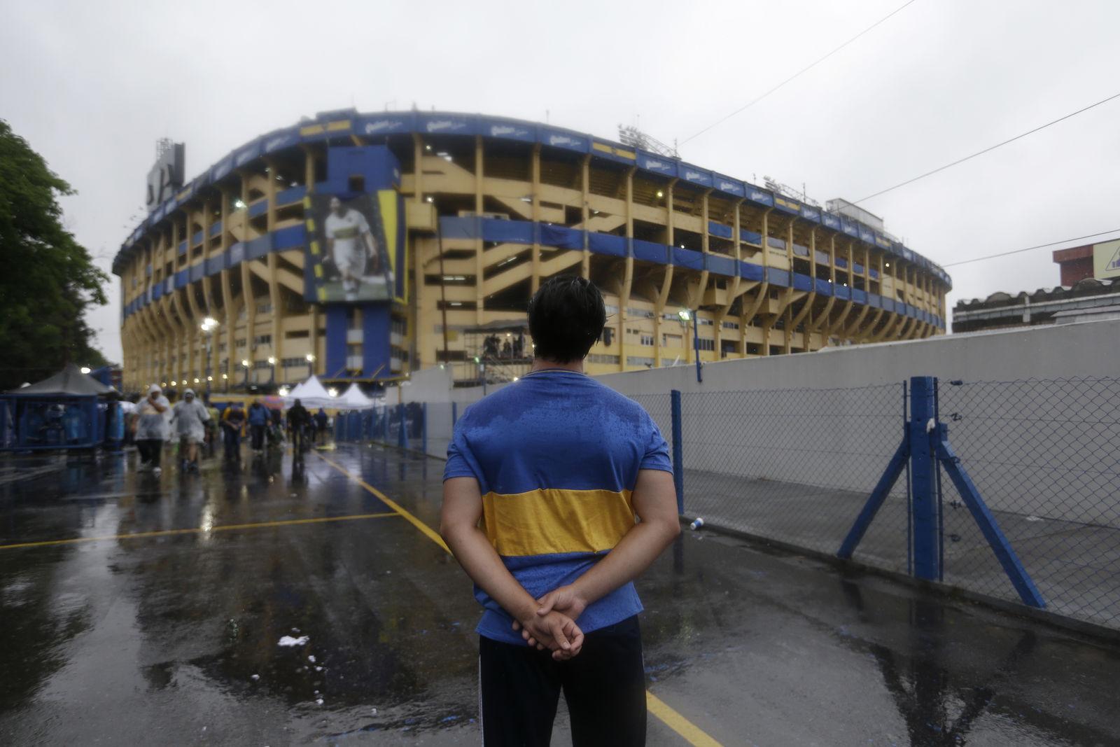 Los clubes argentinos Boca Juniors y River Plate mantienen una de las más acérrimas rivalidades en el fútbol mundial y se miden por primera vez por el máximo trofeo continental de América.