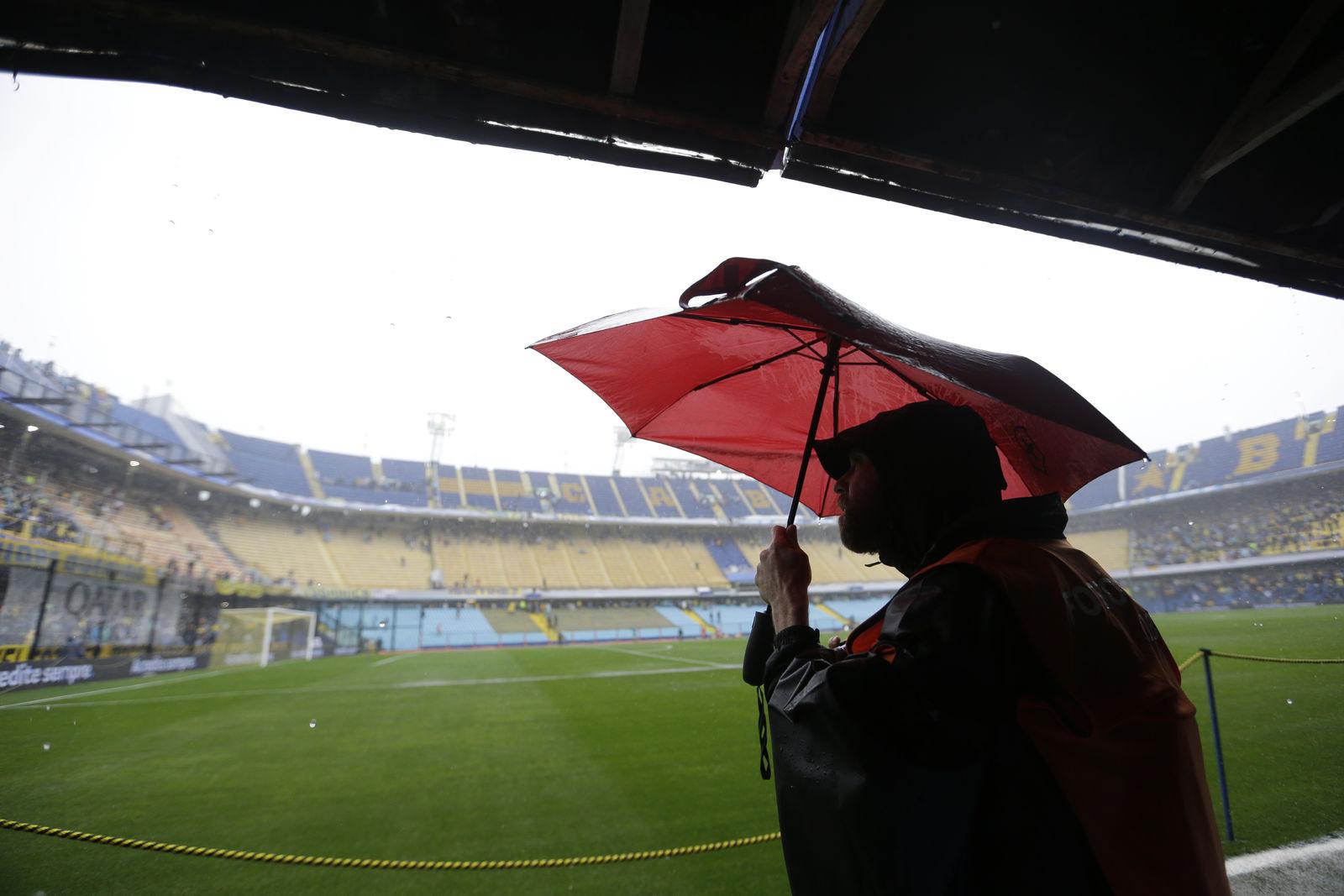 El partido debía jugarse este sábado a las 17:00 horas (20:00 GMT) en la Bombonera, pero se suspendió por la fuerte tormenta que azota a la ciudad de Buenos Aires.