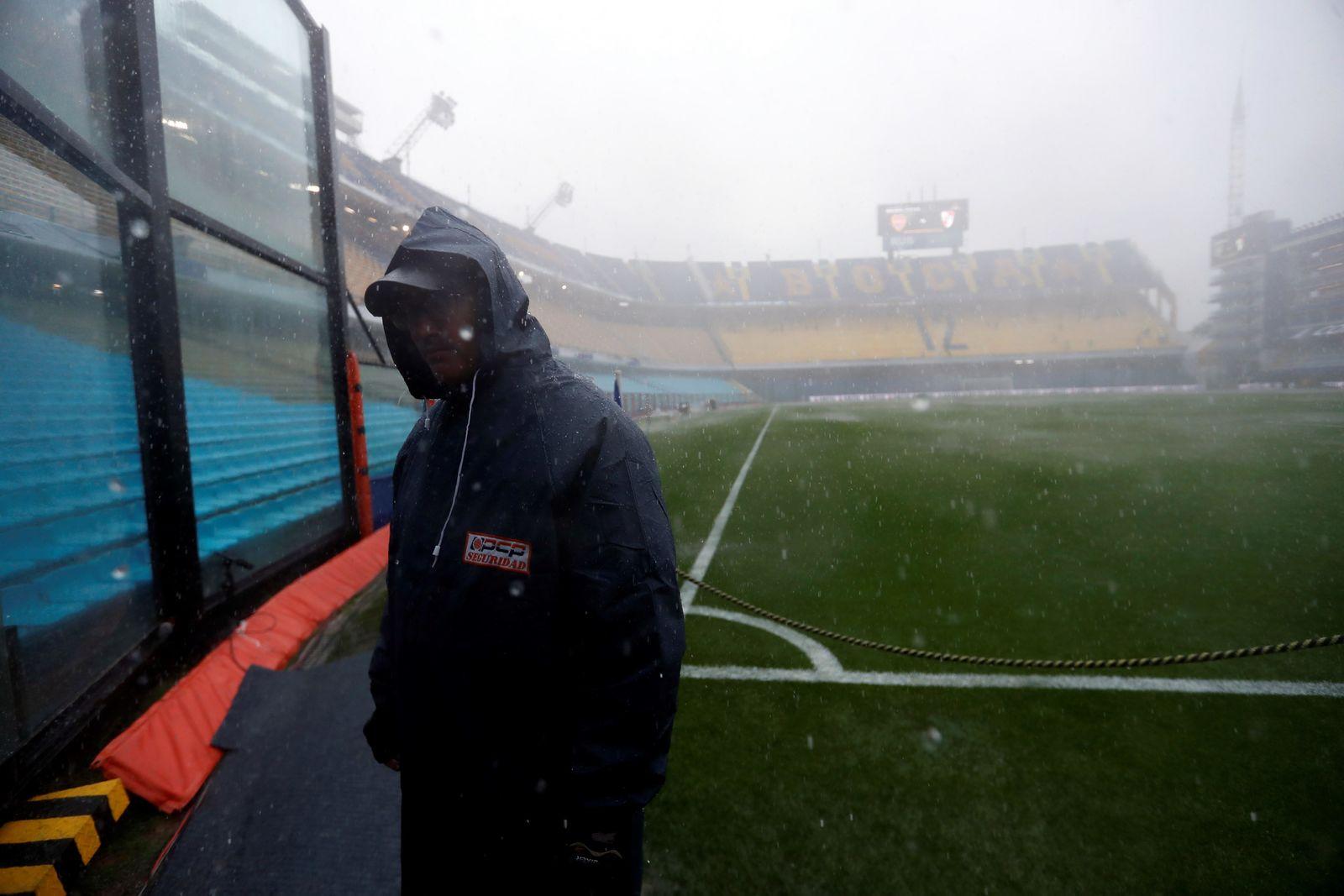 Una fuerte lluvia impidió que el conjunto xeneize brincara a su cancha en búsqueda del título de América.