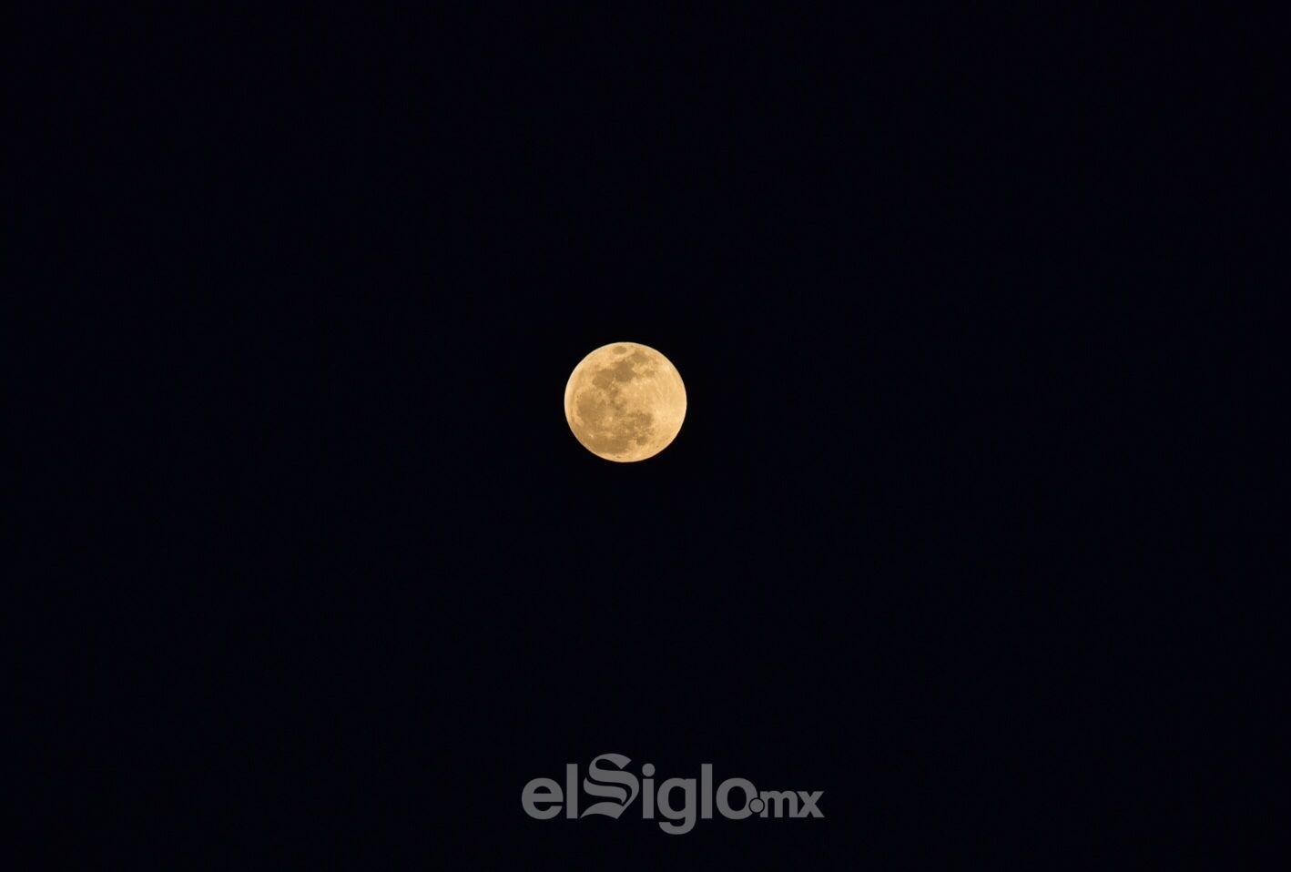 En estos momentos la luna es más brillante que otras lunas llenas.