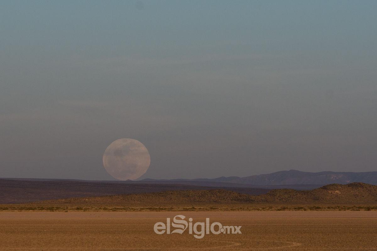 Un eclipse lunar se presenta cuando la Tierra se encuentra entre la Luna y el Sol, y durante el proceso la Luna, nuestro satélite natural, adquiere usualmente una coloración rojiza, explicó.