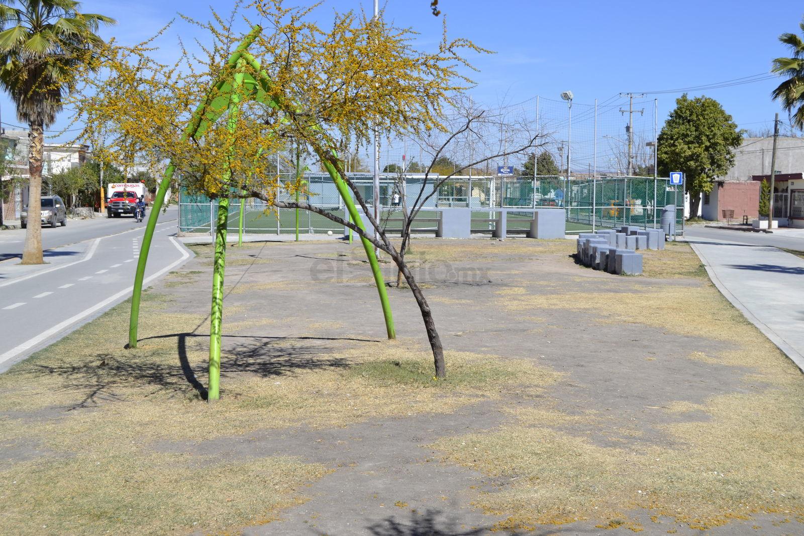 Entre el amarillo y el gris. En algunas zonas del parque líneal, el césped seco cedió el paso a la tierra por la falta de agua, dando un mal aspecto al lugar.