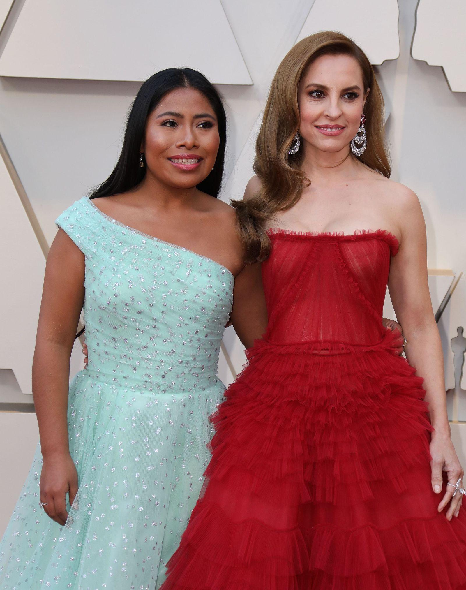 Las actrices mexicanas Yalitza Aparicio y Marina de Tavira posan su llegada a la alfombra roja de los Premios Óscar.