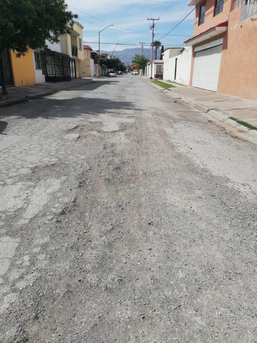 Se deshace el pavimento. Sobre calle Alejandría y Nápoles en Torreón Residencial el pavimento se deshizo prácticamente y esta situación se extiende por varios metros.