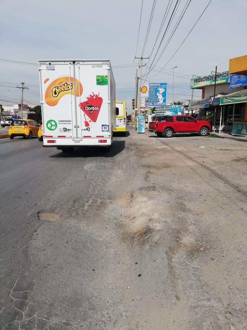 """Riesgo latente. Sobre la Diagonal Las Fuentes entre Saltillo 400 y calle Palermo carpeta asfáltica está """"arriñonada"""" por el paso de los autobuses, lo que significa un riesgo para peatones y ciclistas."""