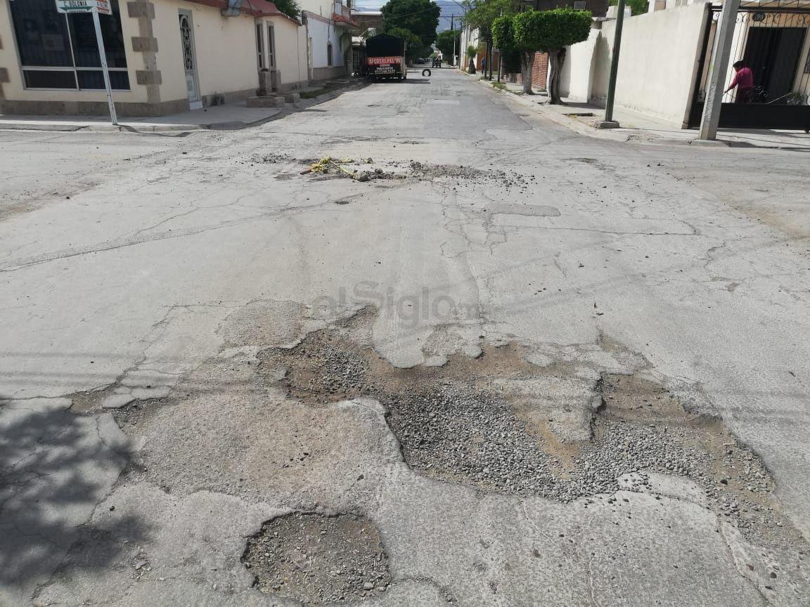Le dan la vuelta. En la calle Bolonia y Palermo en Torreón Residencial, la zona es casi intransitable y los conductores tienen que tomar el carril contrario para evitar daños a sus vehículos.