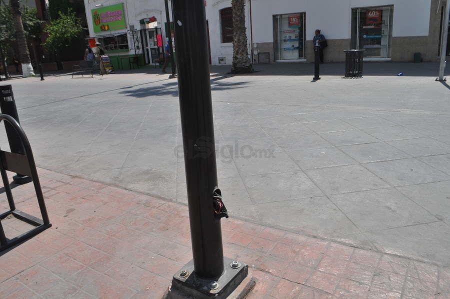 Con detalles. El Paseo Independencia en Gómez Palacio no ha sido terminado aún, por lo que presenta distintos detalles, como estos cables expuestos, que pueden ser un riesgo para los peatones.