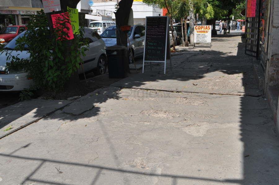 Banquetas dañadas. En el centro de Gómez Palacio hay muchas zonas donde las banquetas presentan deterioro, lo que dificulta el paso de la gente, en especial de las personas con discapacidad y adultos mayores.