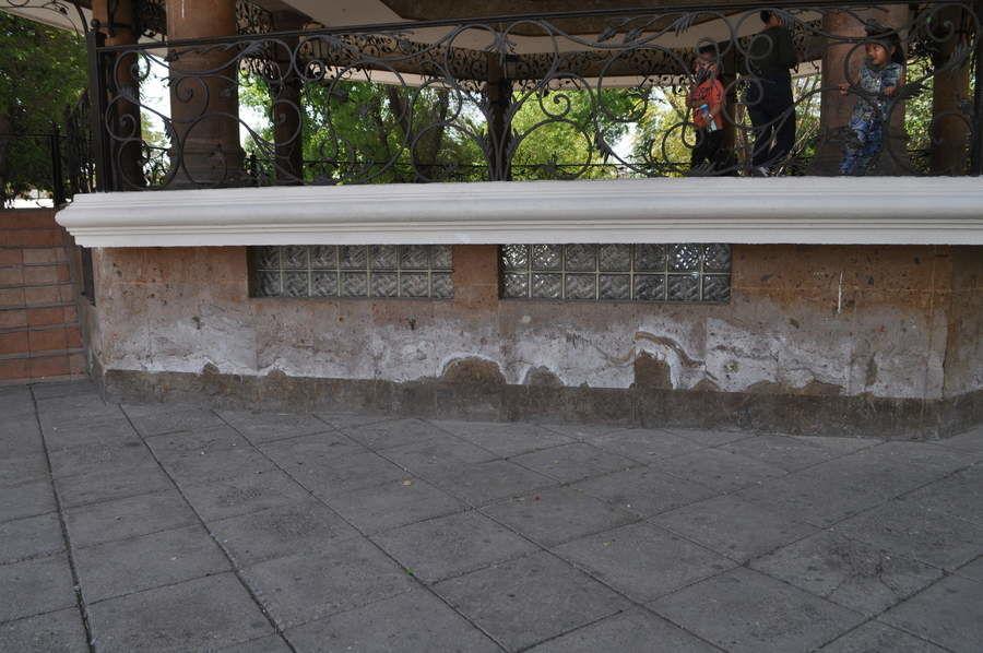 Kiosco manchado. El kiosco contrasta en la plaza principal de Gómez Palacio, pues aunque está en buen estado, la parte baja presenta altas concentraciones de salitre que afectan su imagen.