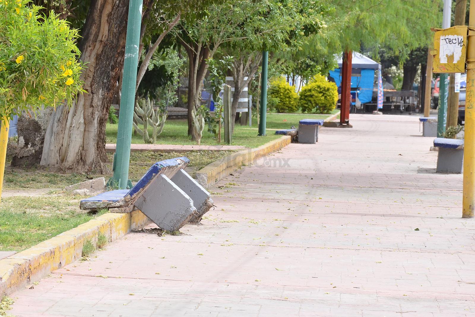 Las bancas de concreto, recién pintadas, localizadas en plaza de la colonia Moderna (Calle 5 de Mayo y Valdés Carrillo) lucen completamente dañadas.