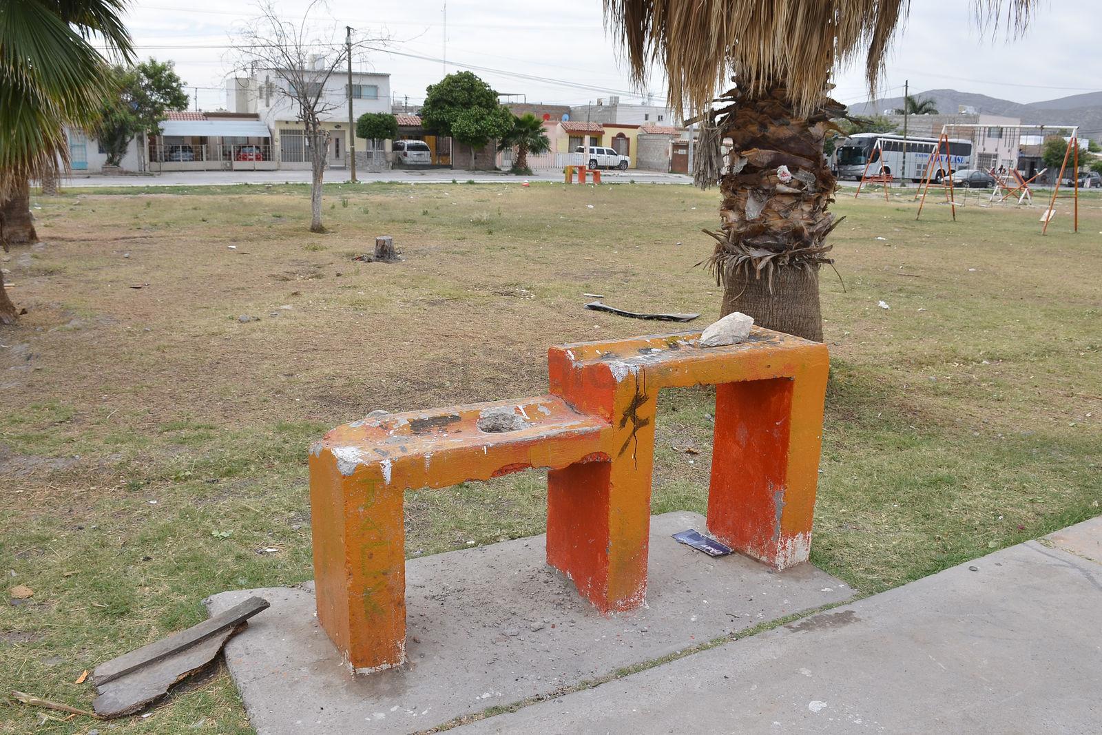 Así es como lucen los bebederos de agua de la plaza de la colonia Prados del Oriente. Están completamente fuera de función, con grafiti y hasta piedras en los ductos donde sale la tubería.