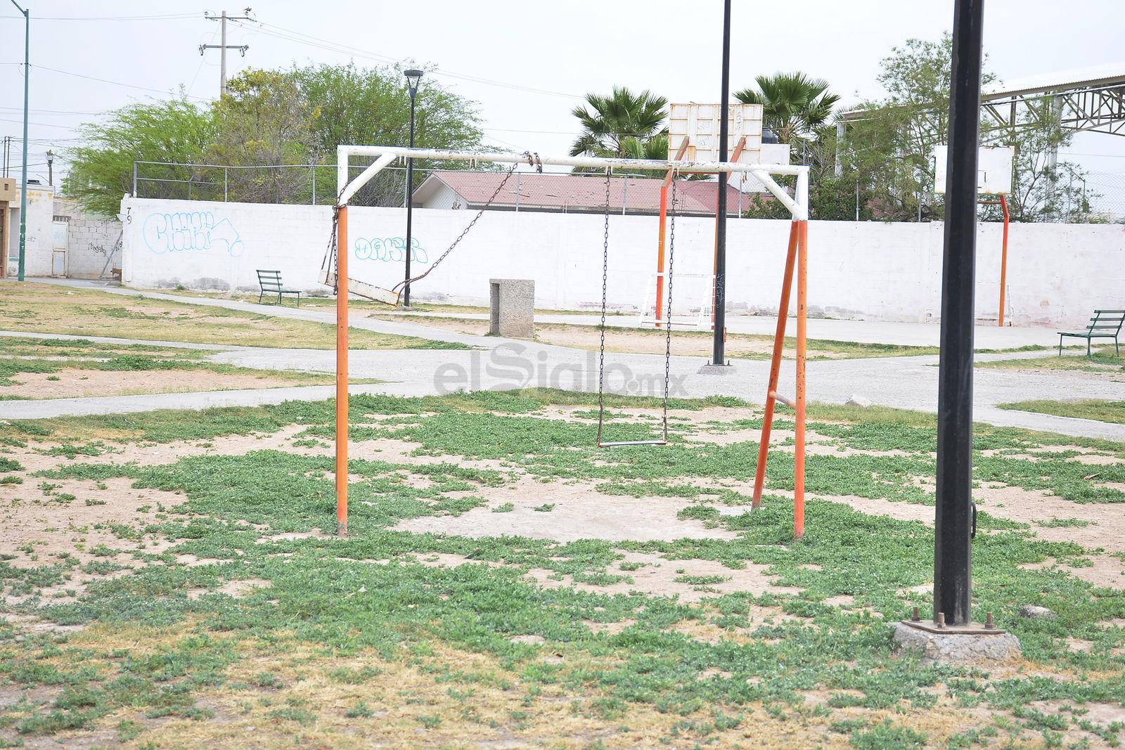 Columpios rotos, otros fuera de función y con astillas de acero por el desgaste, lucen los juegos de la colonia Rincón La Merced.