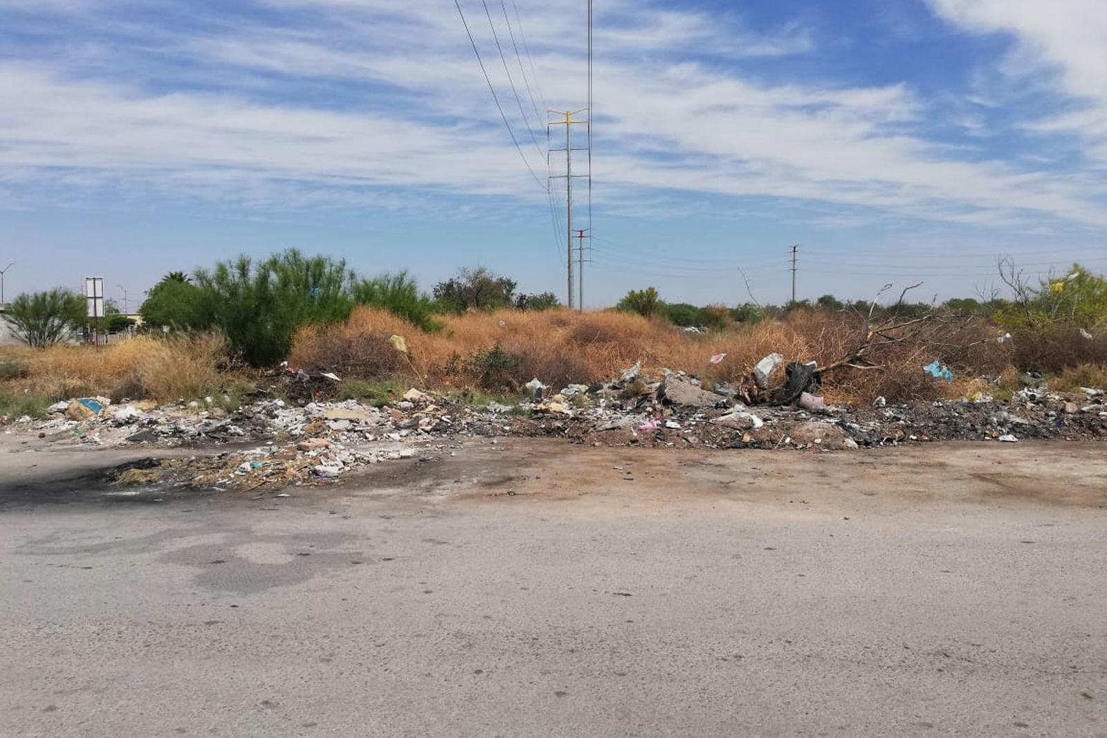 Hacen 'quemas'. En algunas partes hay manchas negras en el pavimento que son originadas por la quema de basura, que algunos vecinos desatan para reducir la basura.
