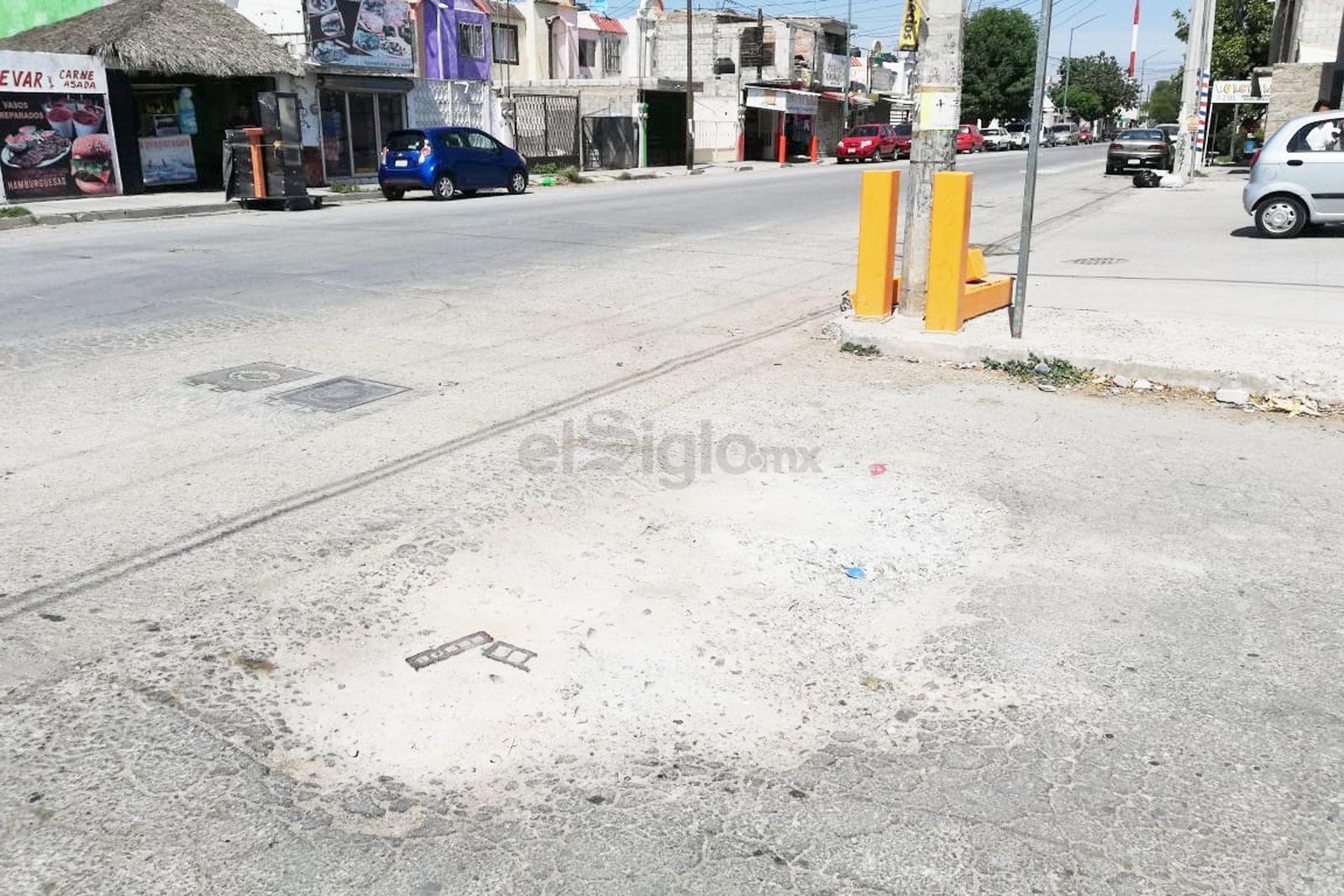 Calles intransitables. En la esquina de Granate y Paseo Canal de San Antonio, en Fraccionamiento el Pedregal el pavimento ya se encuentra sumido.