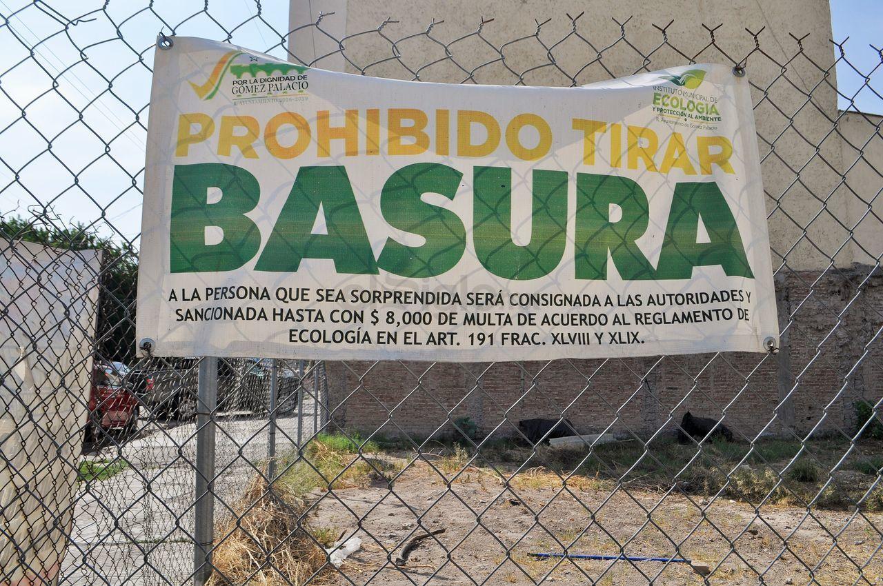 En algunos sitios se observan letreros colocados por la actual administración municipal, donde se advierte de una sanción económica para quienes tiren basura, pues se violenta el reglamento de Ecología en el artículo 191, según se establece.