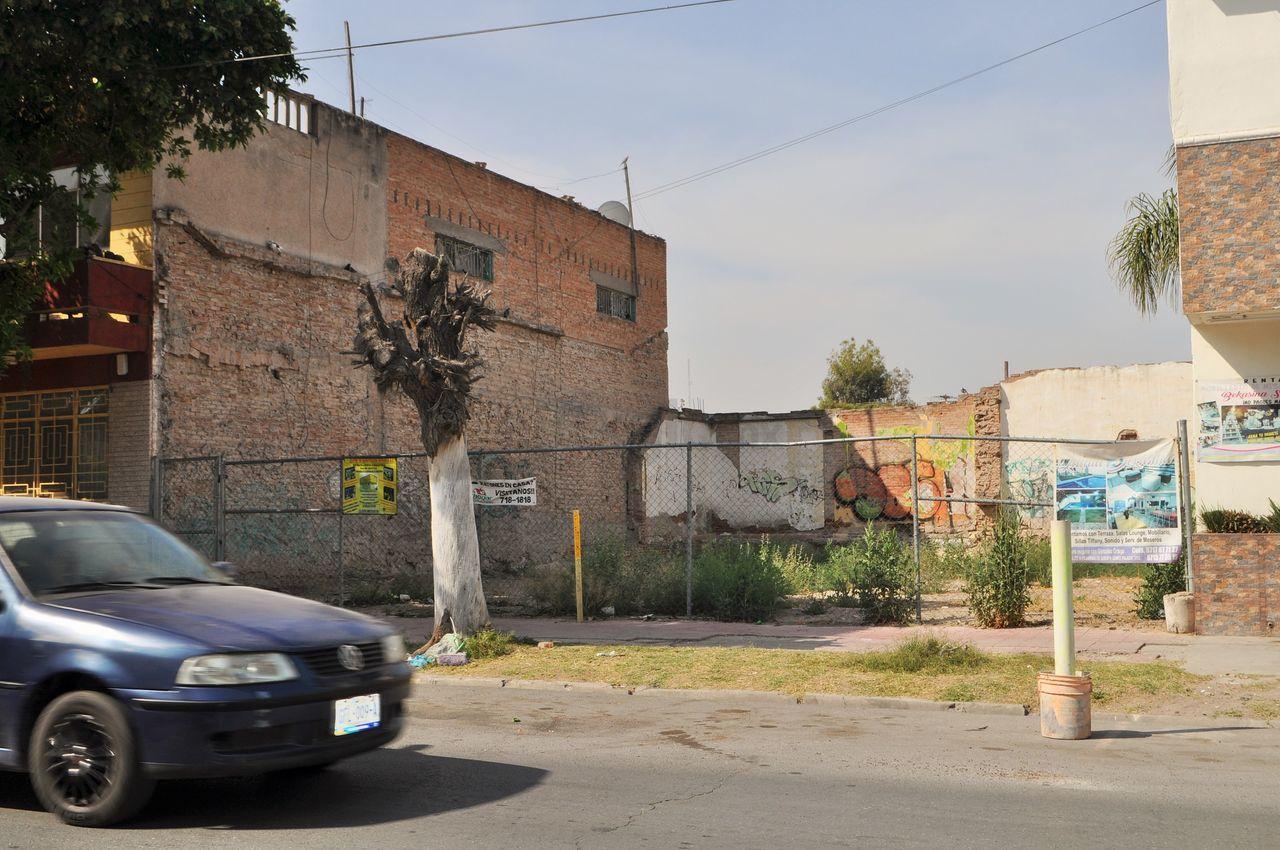 Sin importar lo pequeño que pueda ser el predio, la Ley municipal es clara en cuanto a que el dueño debe colocar una cerca para evitar el acceso al sitio, esto es en Victoria y González Ortega.
