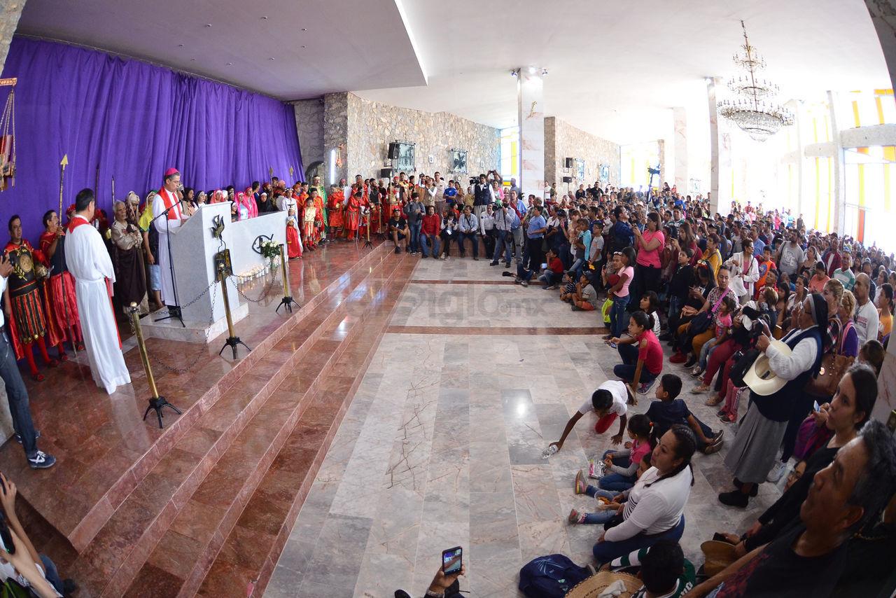 El obispo de Torreón, Luis Martín Barraza, emitió su mensaje de semana santa y al finalizar el mensaje ante unos mil 500 asistentes al templo del Santuario de las Noas, en Torreón.