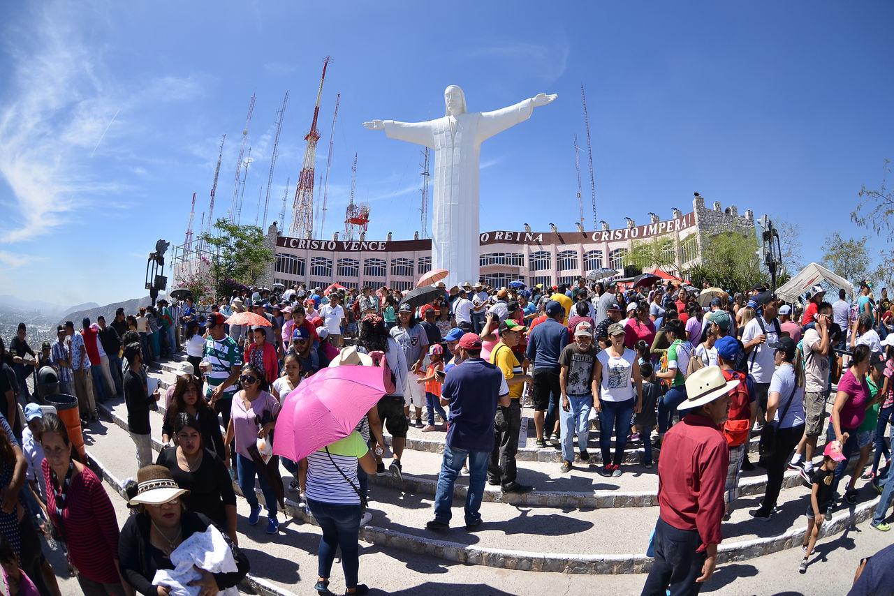 Cerca del mediodía del viernes, con el Viacrucis a punto de terminar, se reportaban entre 35 y 40 mil personas desde las faldas del cerro hasta la explanada, misma que lució llena ante la llegada de los actores, del obispo de Torreón y del propio gobernador del estado de Coahuila.