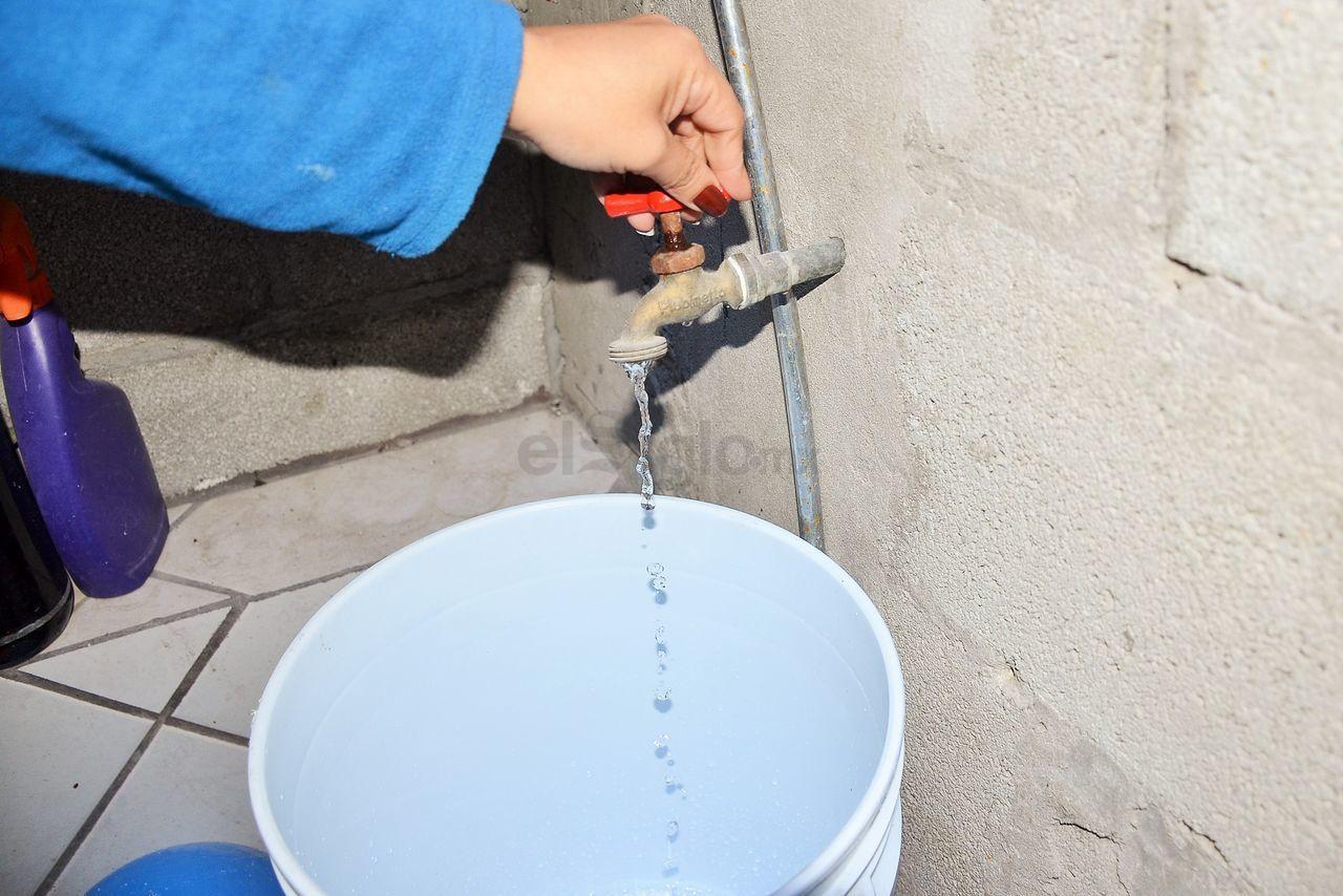 Los vecinos de la colonia se quejan por la constante falta de agua en sus hogares. Los horarios en que hay suministro es muy temprano y por las tardes no hay servicio.