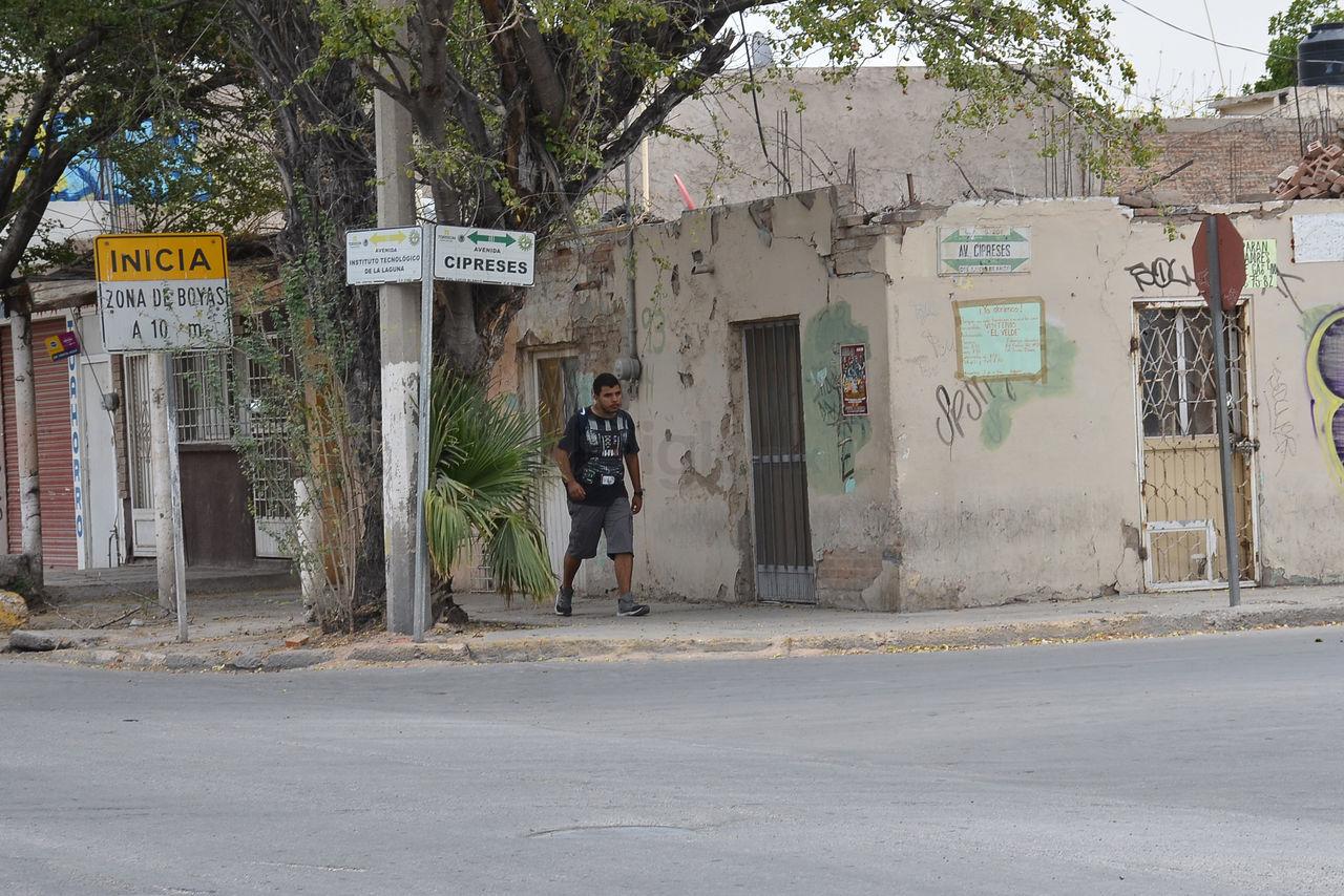 En tanto que algunas calles carecen de nomenclaturas, otras tienen hasta doble, las más antiguas colocadas en la pared de la esquina y las recientes a unos cuantos metros.