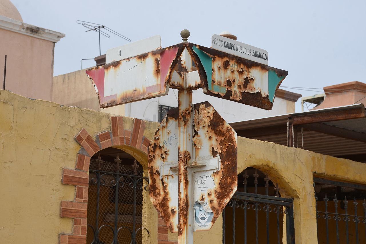 Las nomenclaturas de la colonia Campo Nuevo Zaragoza, lucen oxidadas y por lo mismo no se logra apreciar el nombre de la calle.