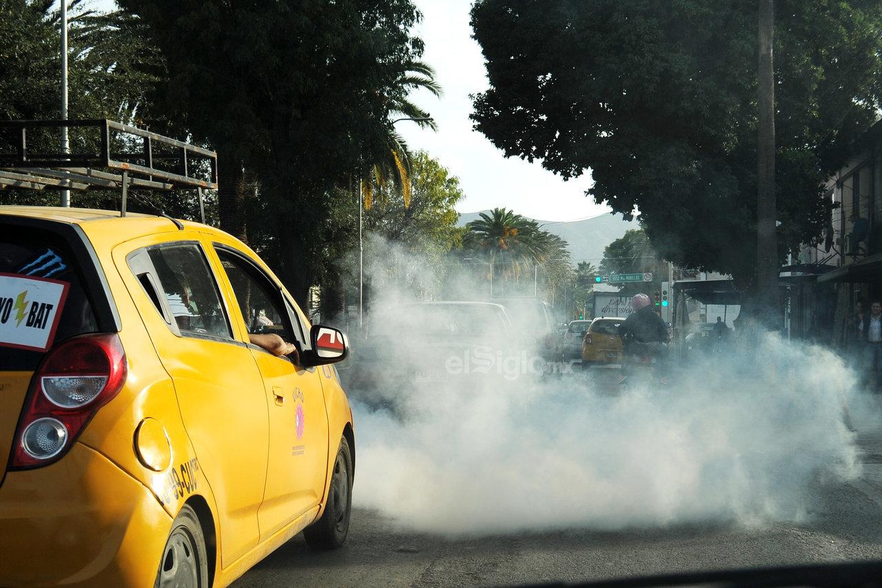 Es común ver unidades visiblemente contaminantes que no son sancionadas, a pesar de que se cuenta con un centro de verificación vehicular