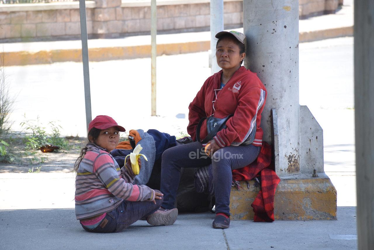 Debido a que tienen que recorrer miles de kilómetros, cada que bajan del tren, los migrantes toman un breve descanso. Torreón es una escala.