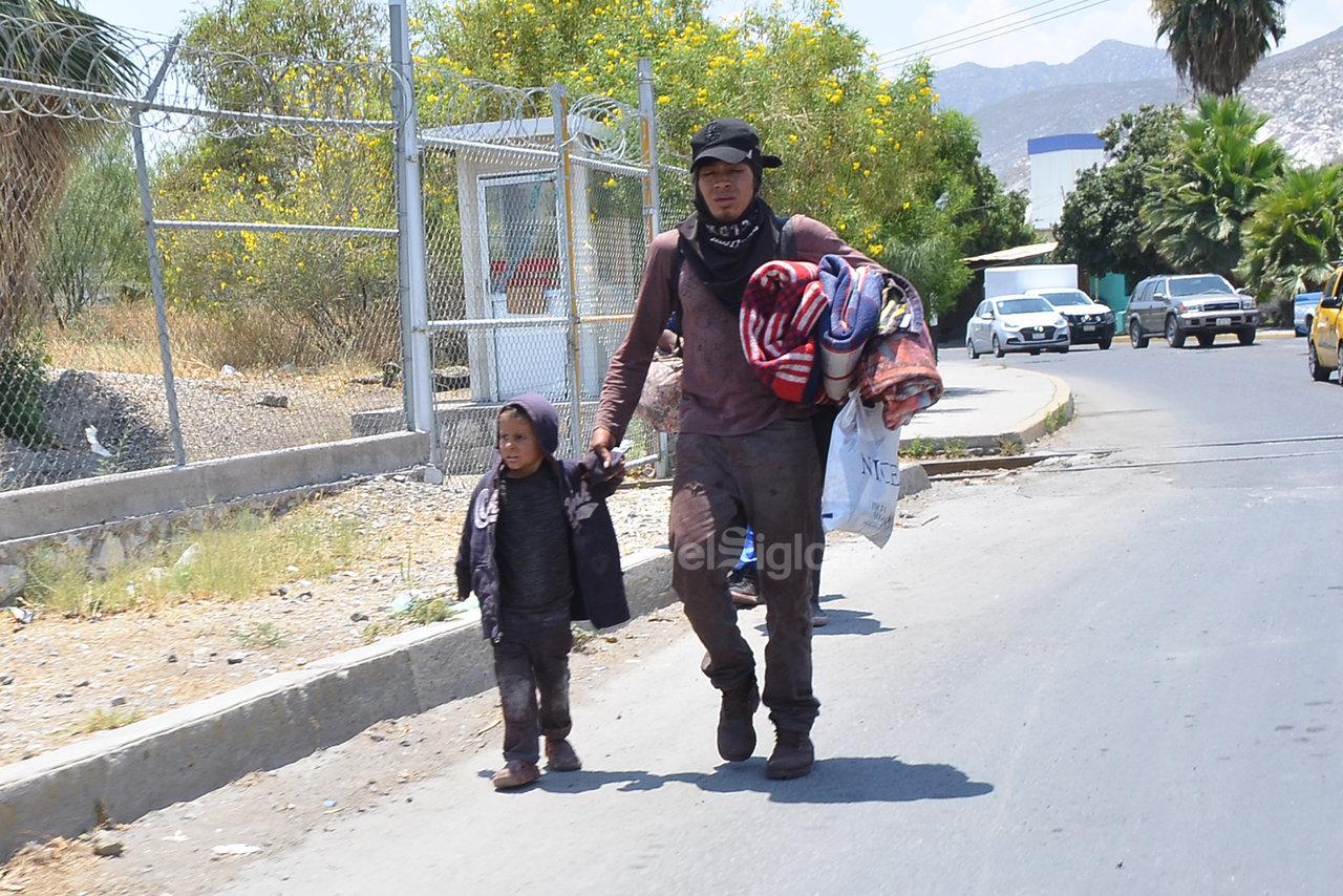 Ante la ola de violencia que viven en sus países de origen, centroamericanos salen de ahí con sus familias, pasando intensas jornadas de viaje con sus pequeños hijos de la mano.
