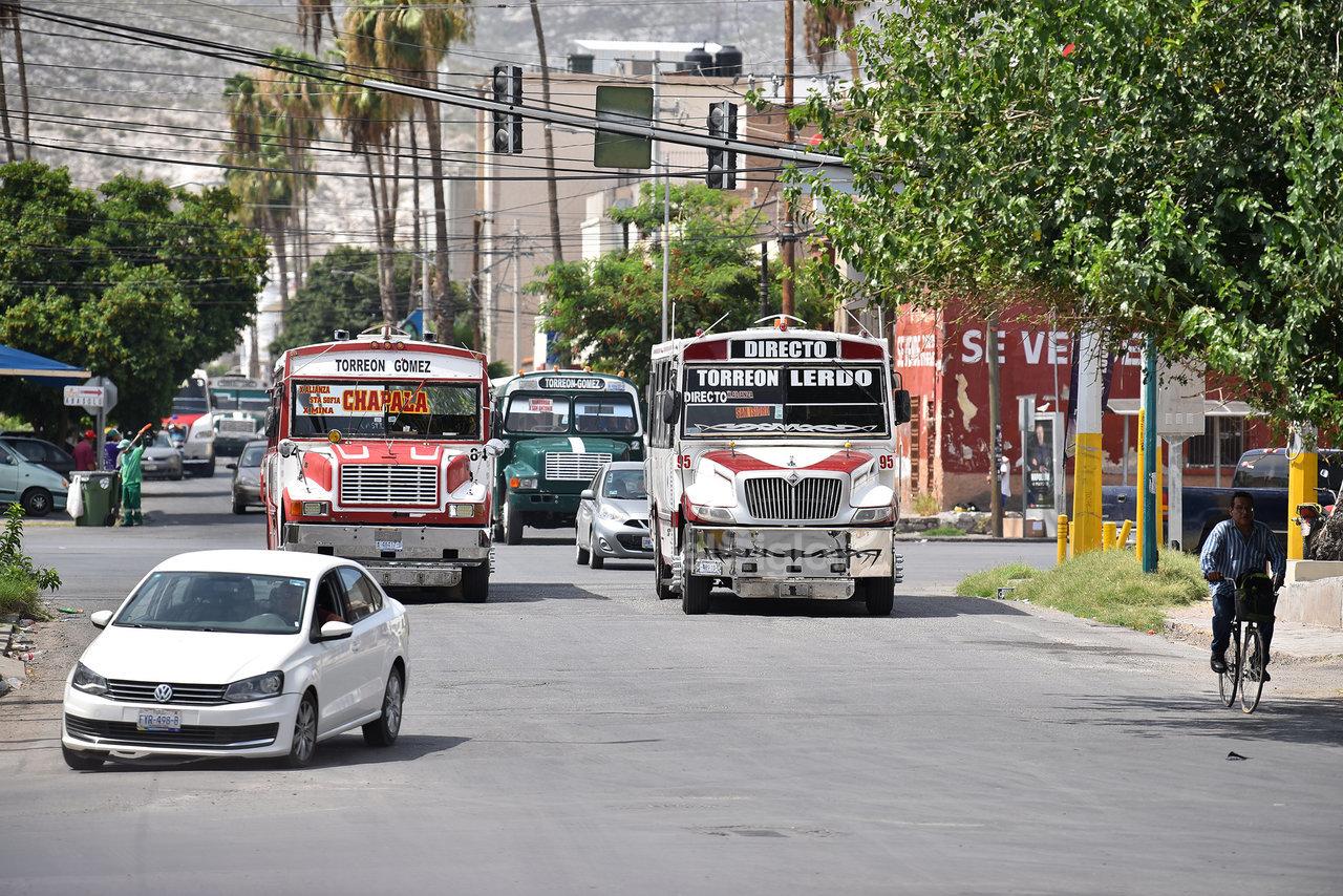 Algunas rutas toman todos los carriles de las vialidades pese a que deben circular por su derecha.
