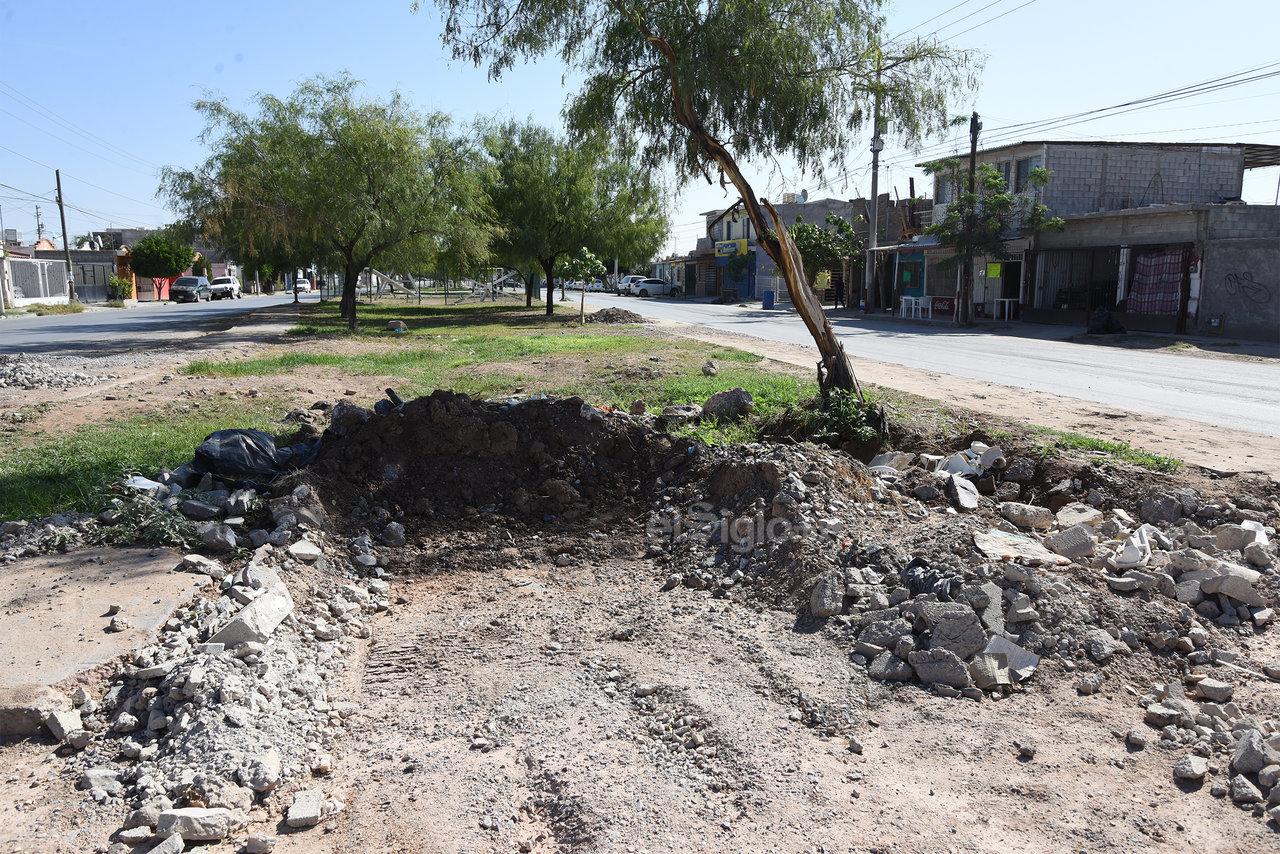 En la colonia Rincón la Merced, las fugas se reparan, pero las zonas se dejan destruidas. Así permanece el estado del área verde.