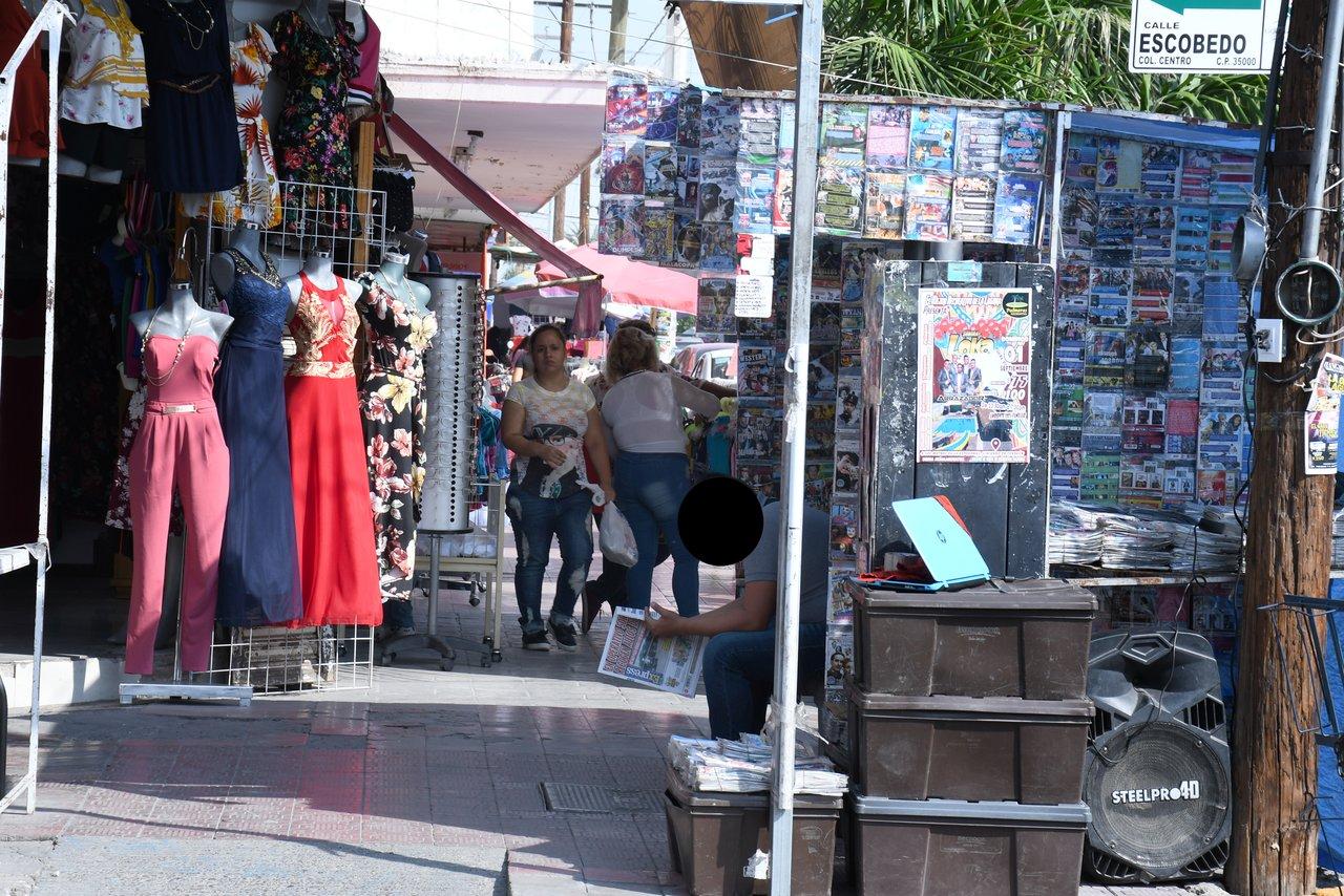 Los puestos ambulantes y los establecimientos comerciales significan un obstáculo para los transeúntes en el Centro de Gómez Palacio.