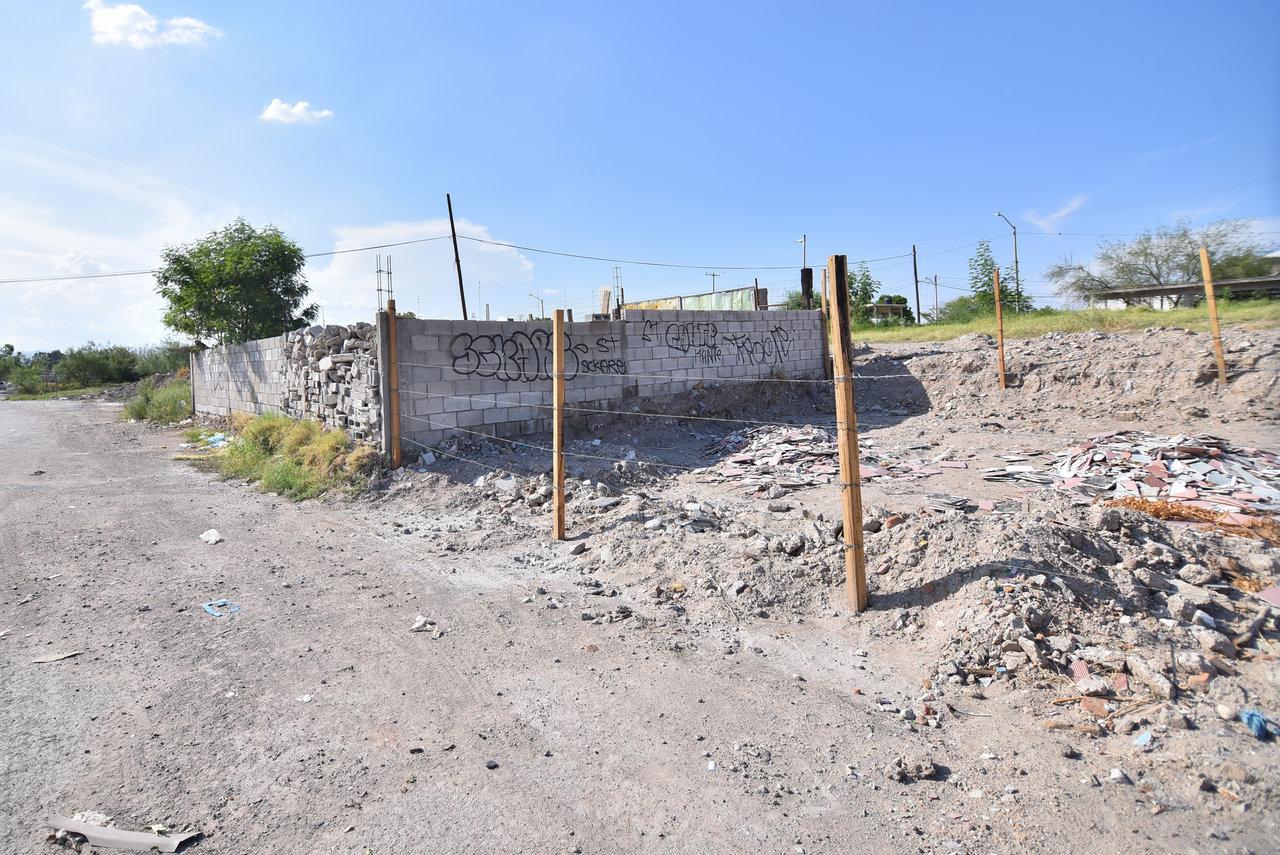 No respetan. Se trata de varios terrenos que abarcan tres o cuatro cuadras; algunos están en construcción, otros solo fueron delimitados con cerca de alambre y madera, pero eso no impide que la gente los utilicen como depósitos de basura y escombro.