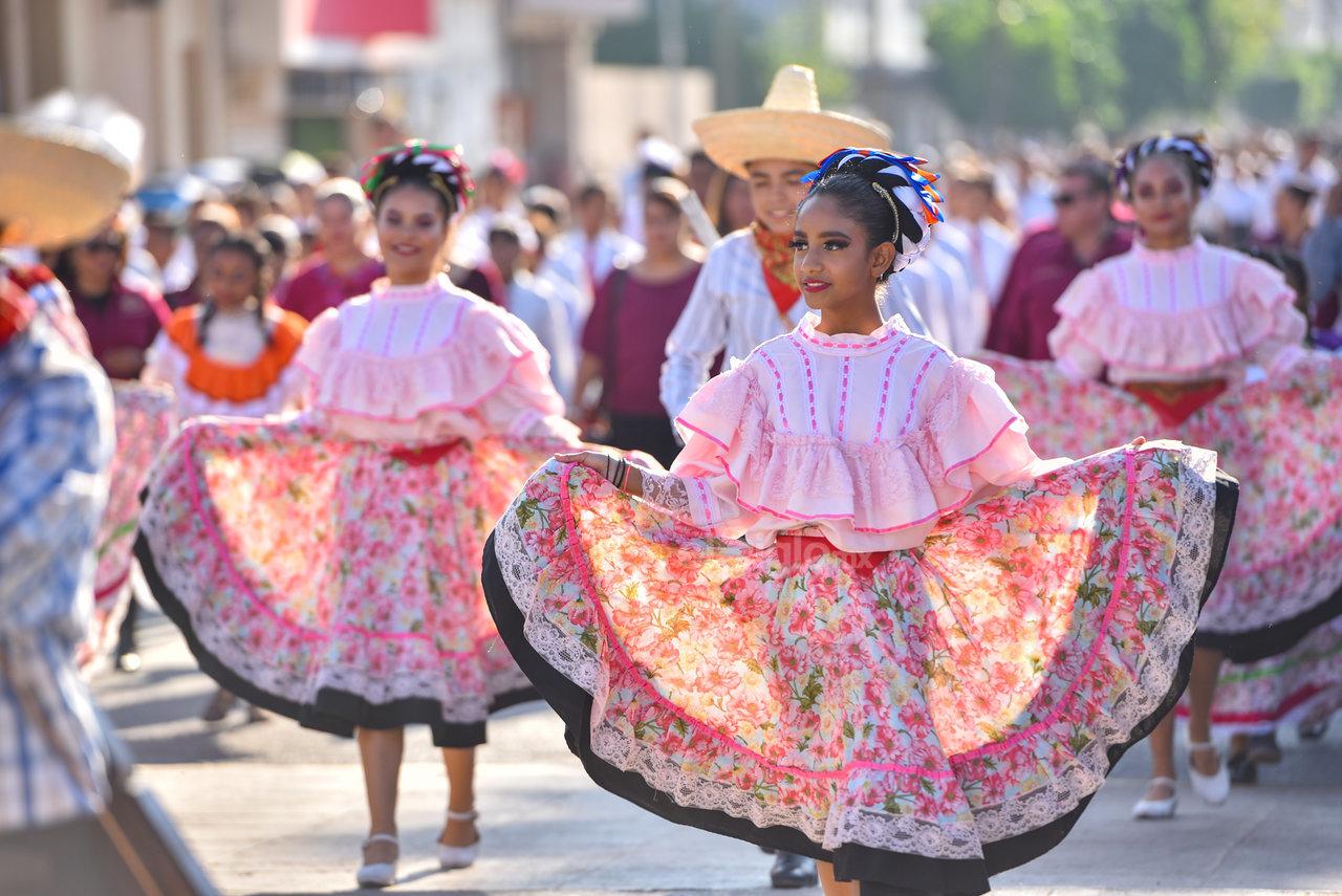 Con orgullo de las tradiciones de México. Estudiantes acudieron vestidas con trajes típicos de las diversas regiones del país, principalmente de la región sur.