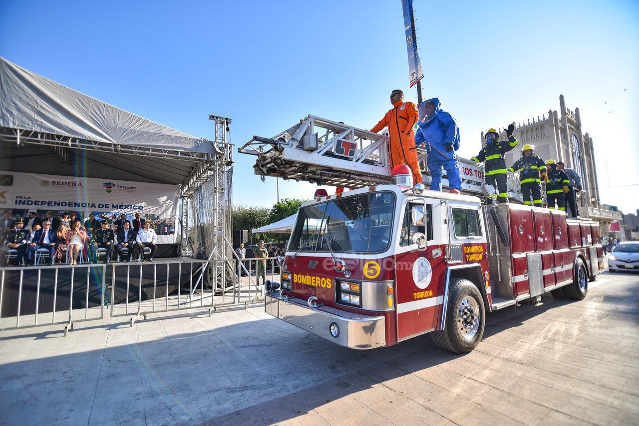 Lanzan ovaciones a los Bomberos. La ciudadanía de Torreón brindó sus aplausos y ovaciones a los integrantes del Cuerpo de Bomberos que participaron en el desfile, reconocieron su aporte en los rescates diarios y durante los diversos desastres.