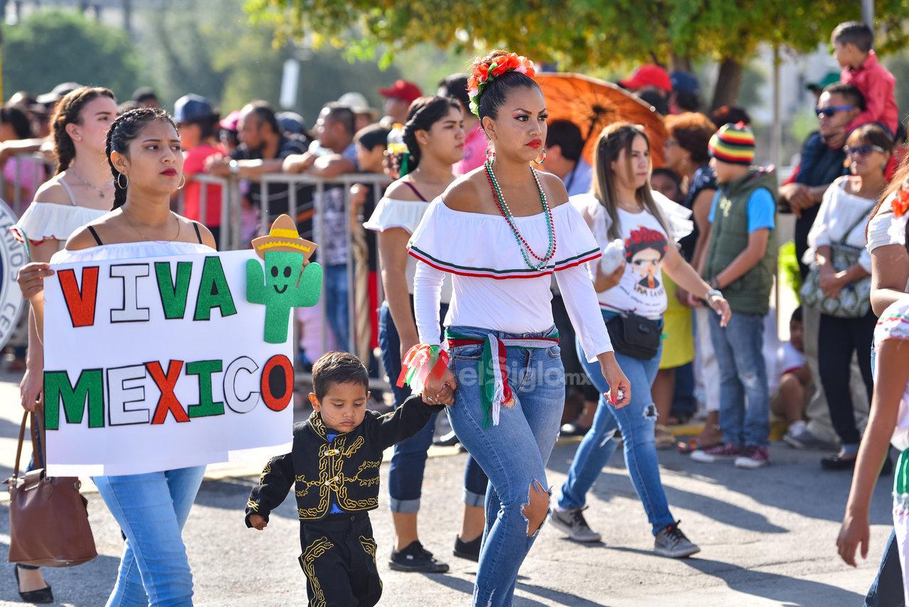 En familia integran el desfile patrio. Para este año los padres de familia de algunas escuelas se unieron a los recorridos de los contingentes, en muchos casos también vestidos o con mensajes relativos a las fiestas patrias.