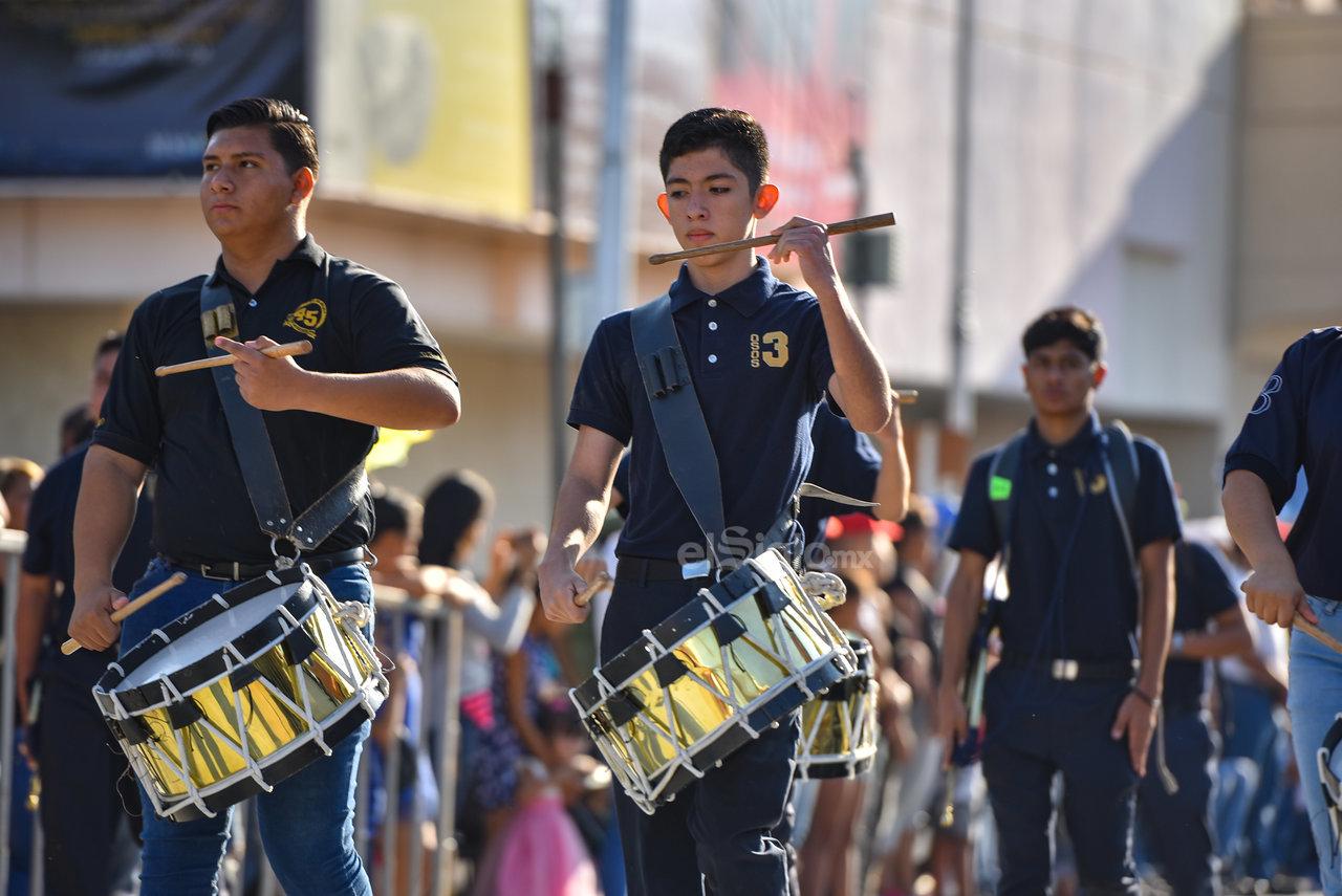 Dan un ejemplo de disciplina. Los diversos grupos de bandas de guerra en el desfile demostraron sus dotes de coordinación y disciplina, especialmente cuando hacían su arribo a la explanada de la Plaza Mayor de Torreón.