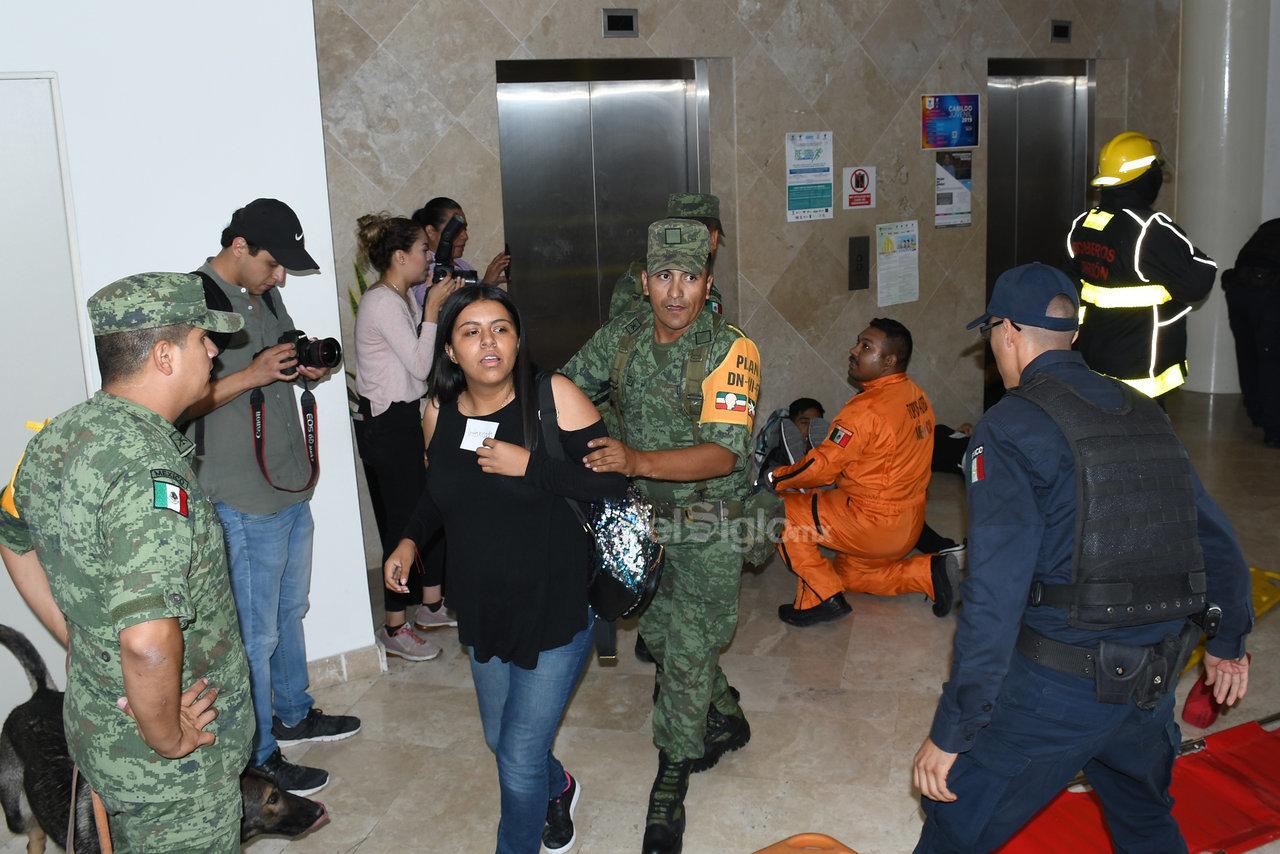 Desalojo. Como parte del macrosimulacro se evacuaron 750 empleados de la presidencia municipal en un tiempo de 9 minutos.