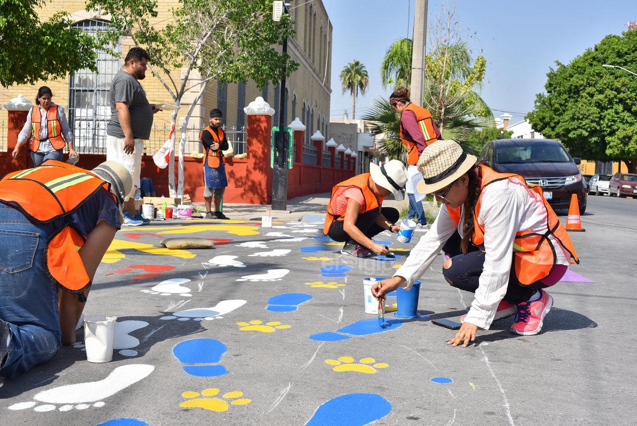 Un paso divertido para una zona escolar. Huellas de animales, dinosaurios y zapatos se pintaron en el paso peatonal de Allende e Ildefonso Fuentes, cerca de la Escuela Benito Juárez.