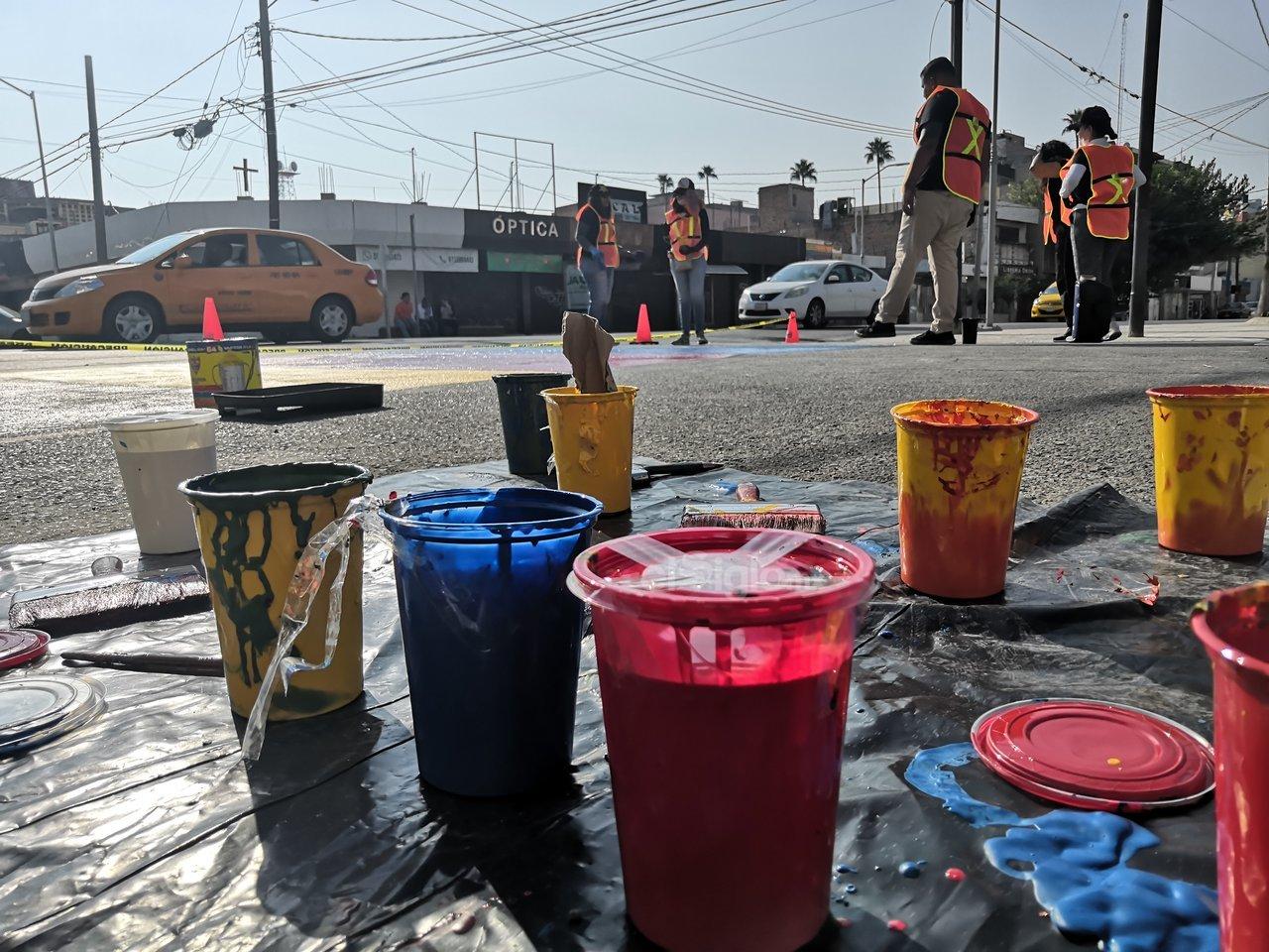 Una jornada de arte urbano. Con botes de pinturas de todos colores los jóvenes artistas intervinieron en los diversos pasos peatonales de la zona Centro; arriba la imagen del cruce entre Matamoros y Acuña, donde los participantes sacaron sus brochas para plasmar su arte.