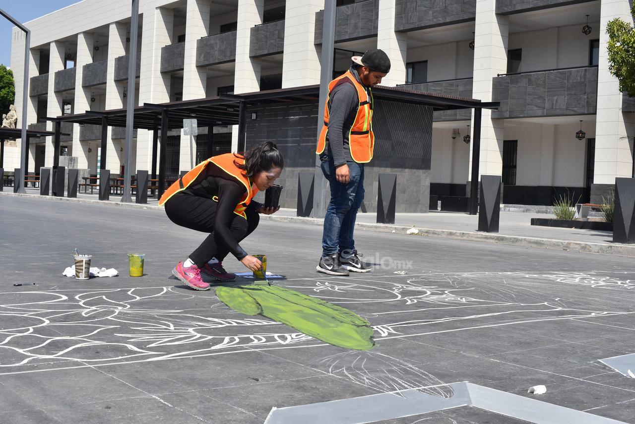 Llamativo. Plantas endémicas como las Noas se plasmaron en un paso peatonal del cruce de la avenida Juárez y calle Galeana.