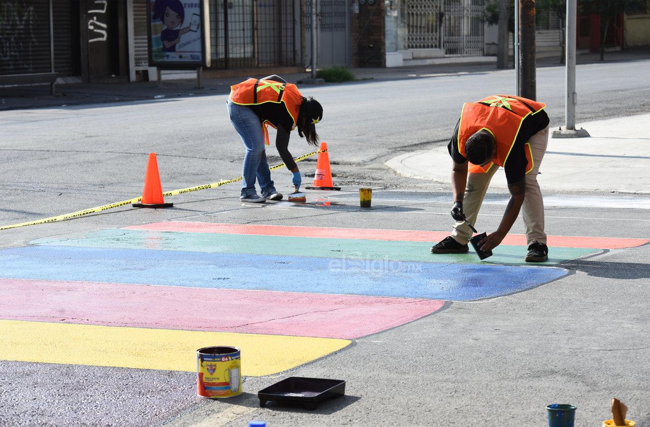 """Esfuerzo. Los jóvenes elegidos por """"Manos a la Cebra"""" trabajaron hasta las dos de la tarde del domingo, esto a pesar del intenso Sol y el calor que tuvieron que resistir para plasmar sus obras."""
