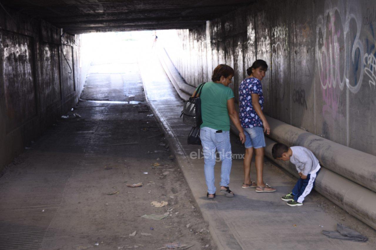 Muy usado. A pesar de su mal estado, a diario familias con personas mayores y menores de edad se trasladan de un punto a otro por estos pasos.