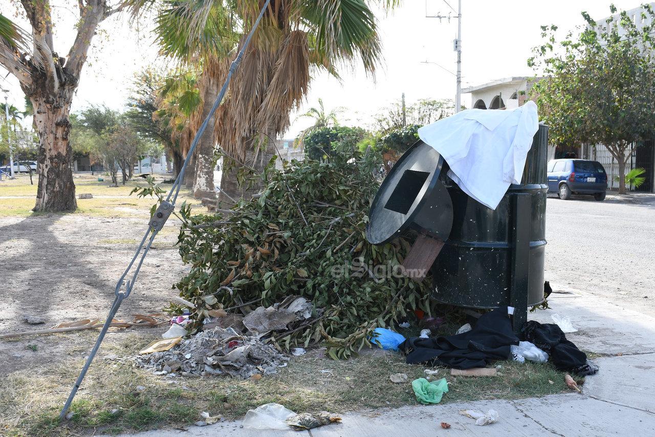 Sin horario fijo. Debido a que no existe un horario fijo para que pase el camión recolector de basura, los vecinos también optan por utilizar los contenedores de las plazas para dejar su basura.