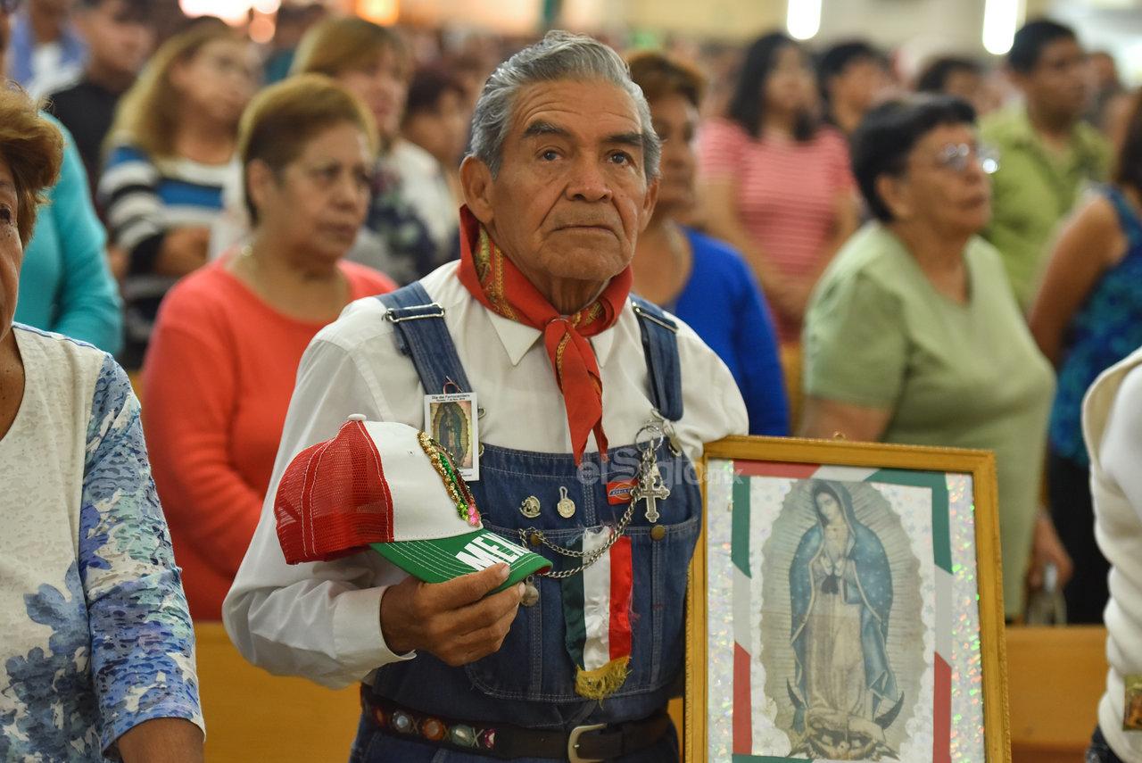 Sin falla. Con la ropa con la que laboran, algunos de los trabajadores portaron la imagen de la Virgen en repetidas ocasiones, con el fin de agradecerle.