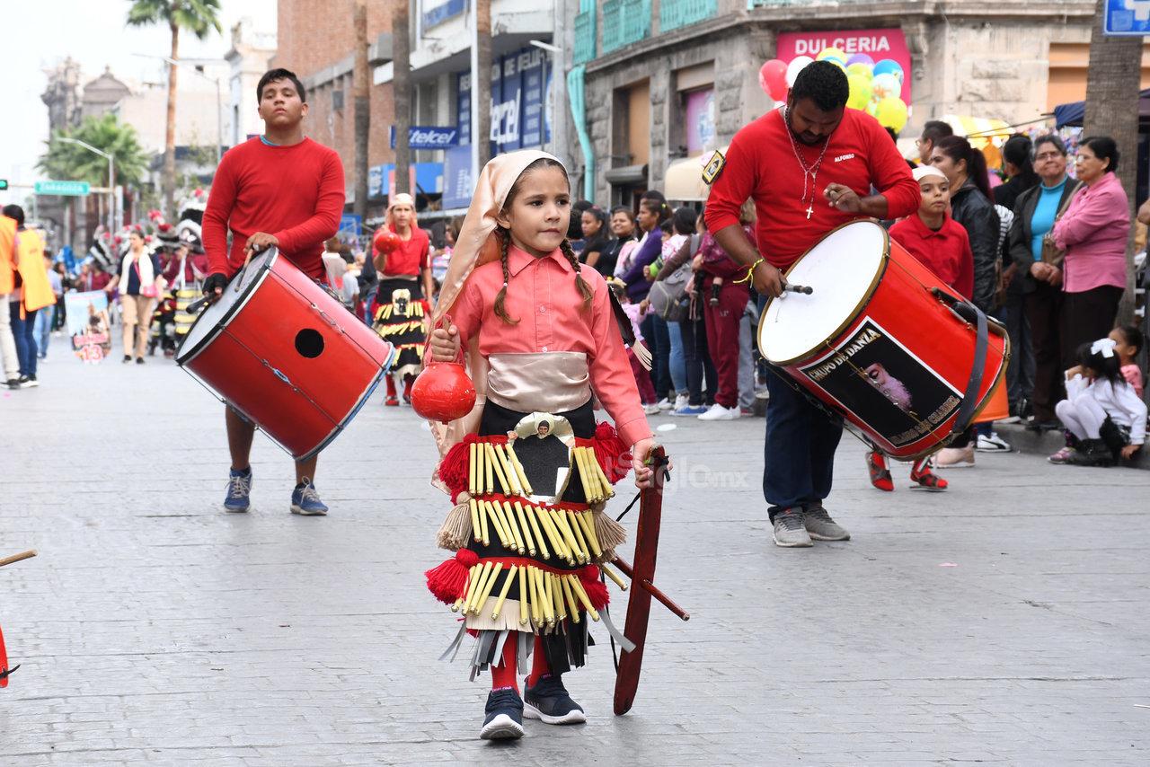 Nuevos pasos. Desde muy corta edad, algunos niños aprenden los pasos del ritual para formar parte del peregrinaje con la vestimenta típica que caracteriza a los danzantes.