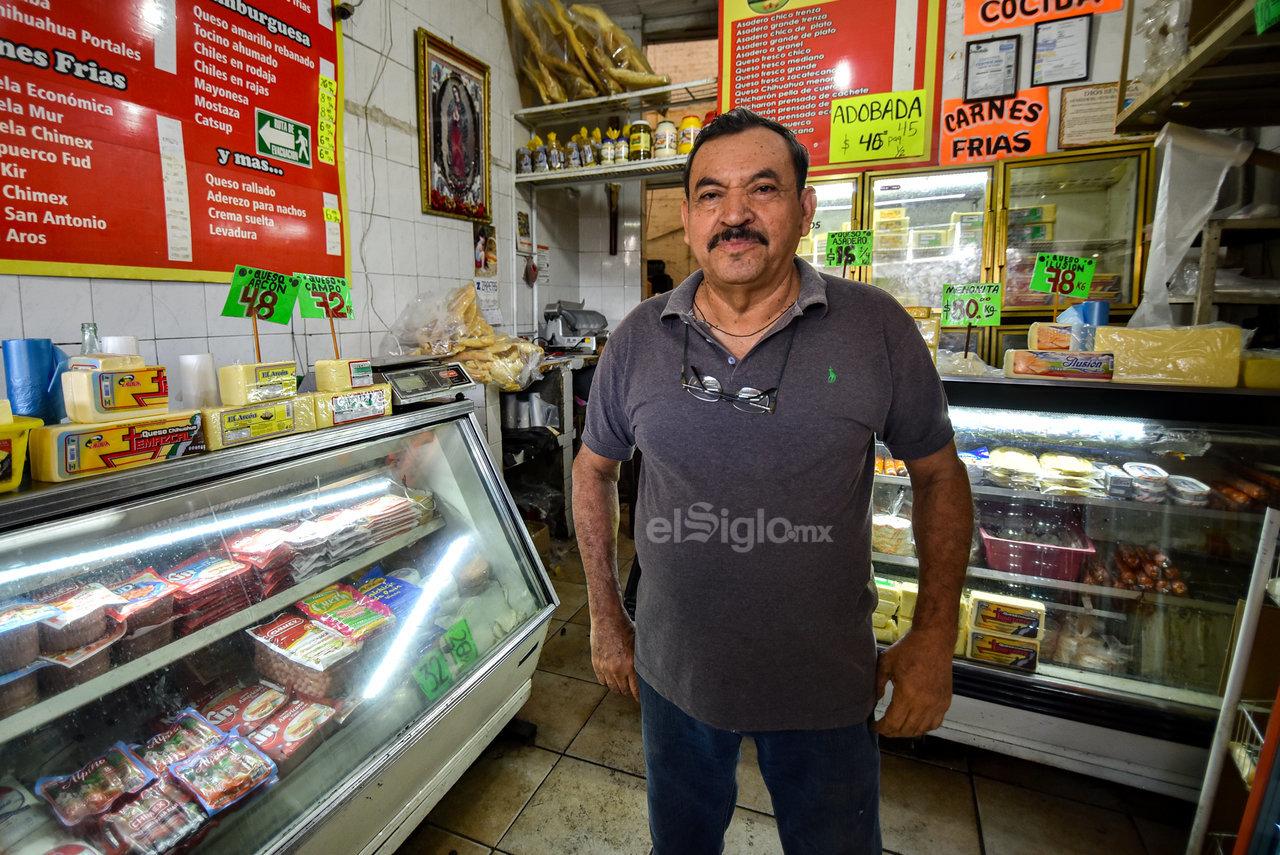 """De todo. Son carnes frías las que Alfonso Murillo """"El Gallo"""" se ha dedicado a vender desde hace 20 años en la Alianza, con una gran muestra de esfuerzo."""