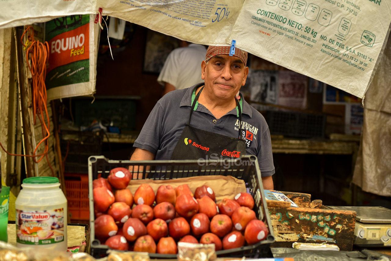 La lucha. Don Francisco, con 50 años en la Alianza, es otra de las personas más emblemáticas del lugar por medio de la venta de productos varios.