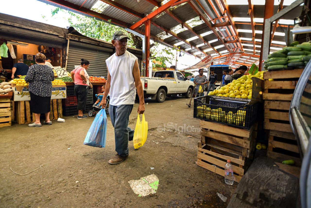 Recorren. Cientos de personas recurren el mercado para surtir sus hogares y negocios con la compra de frutas, verduras, carne y otros alimentos.