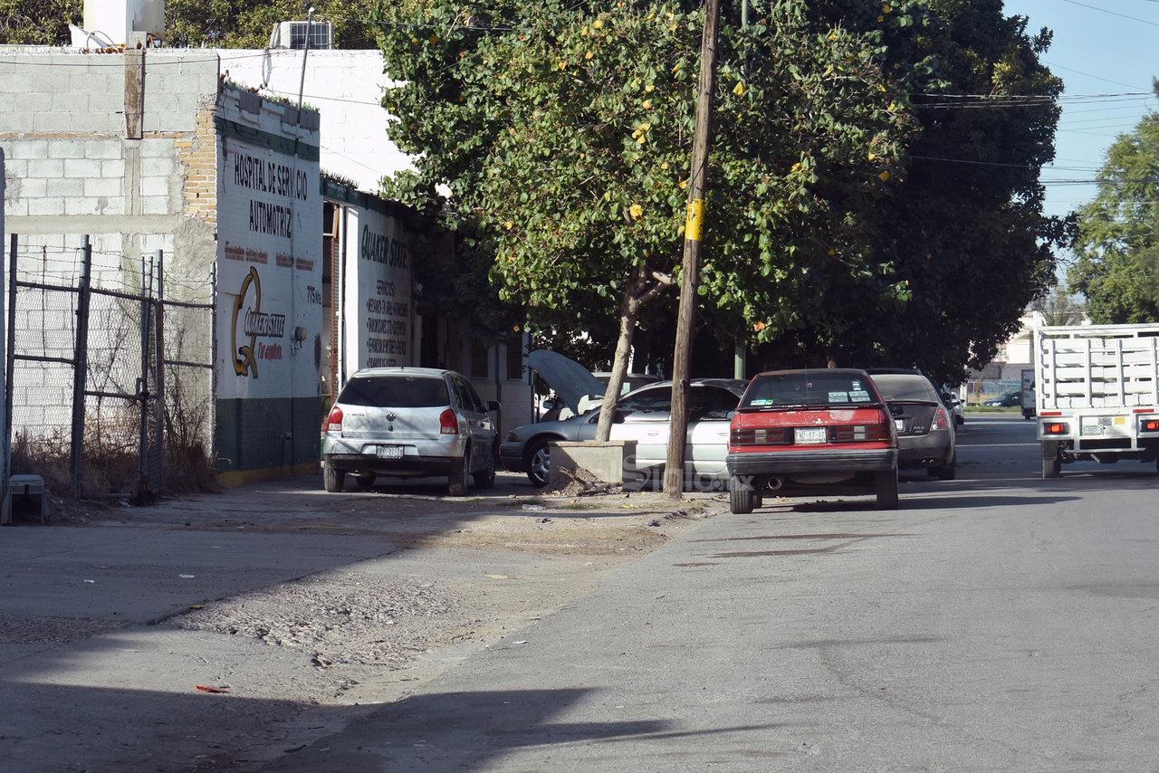 Exponen. Estas situaciones promueven que las personas de a pie tengan que bajar de la acera y exponerse al tráfico vehicular.